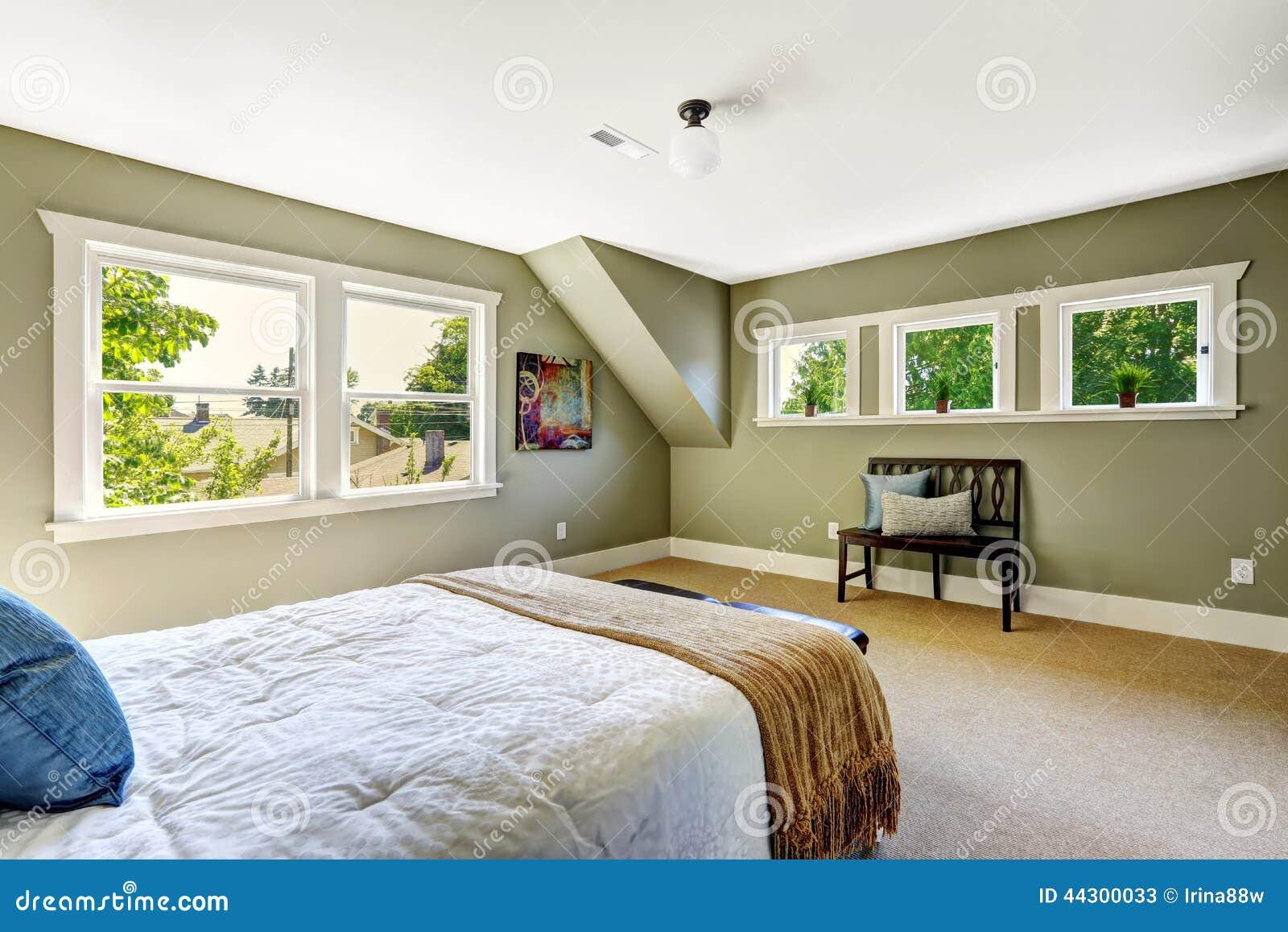 Slaapkamer met groene muren en gewelfd plafond stock foto ...