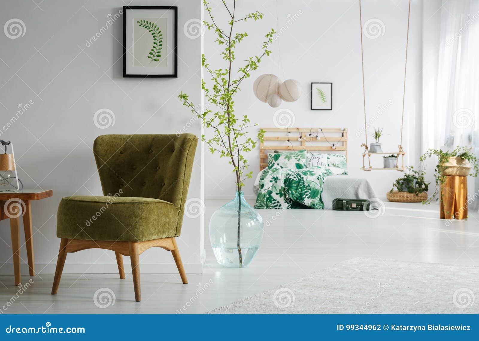 Slaapkamer Met Groene Uitstekende Stoel Stock Foto - Afbeelding ...