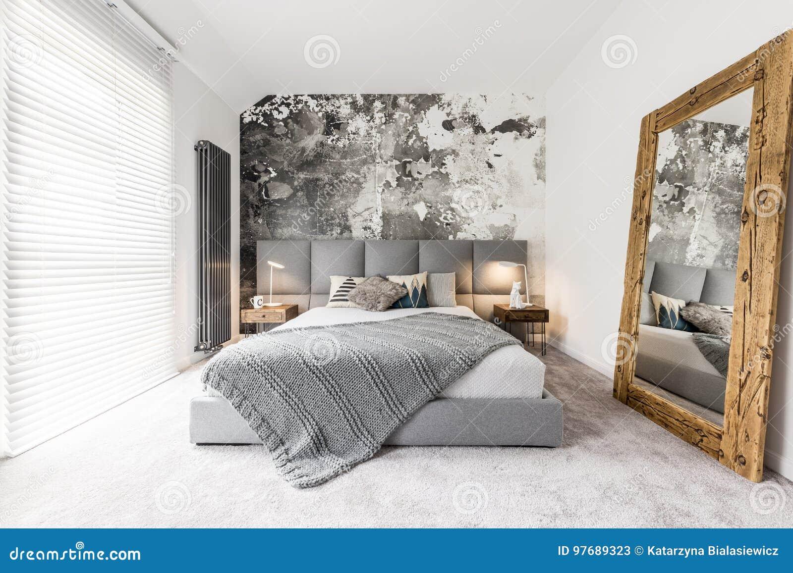 Slaapkamer met grote houten spiegel stock afbeelding afbeelding