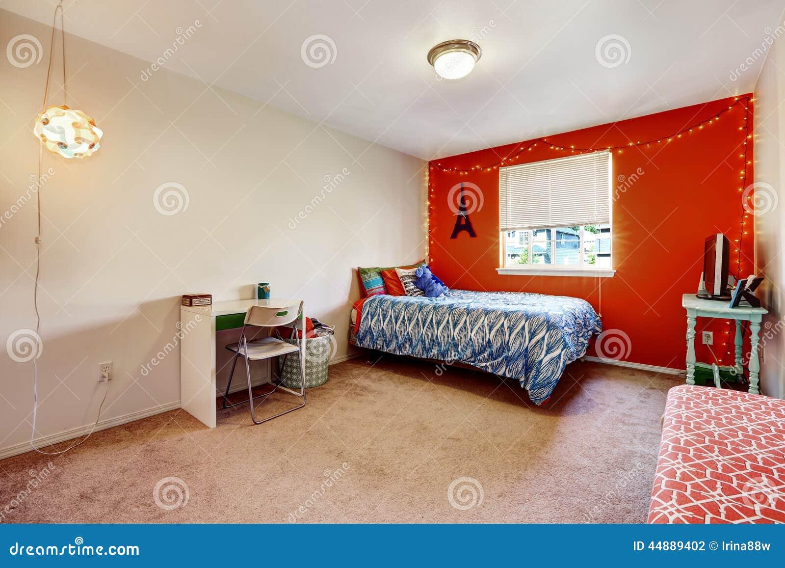 Slaapkamer met heldere rode muur stock foto afbeelding 44889402 - Meubilair tv rode ...