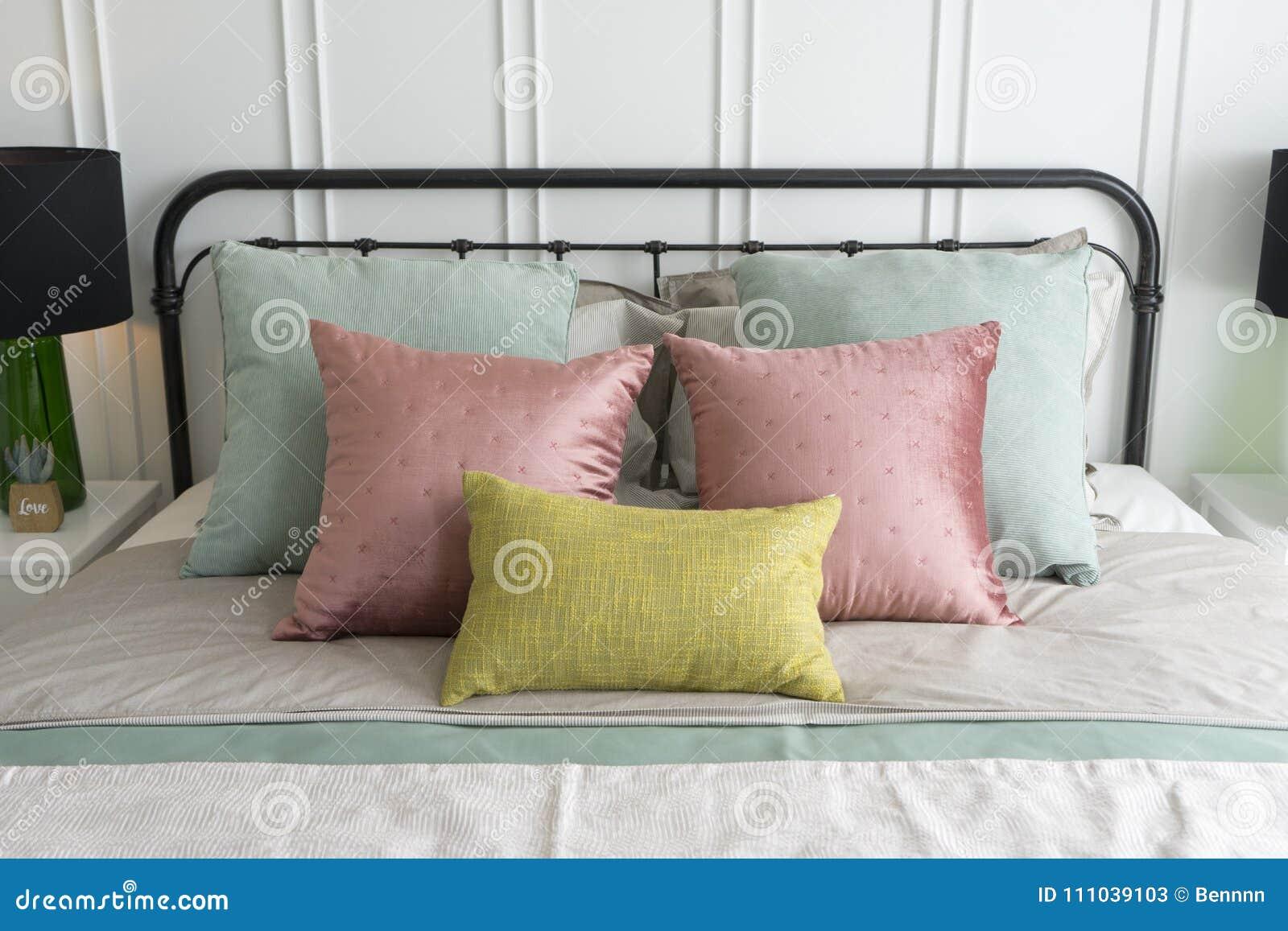 Slaapkamer Met Pastelkleuren : Slaapkamer met hoofdkussens van pastelkleur de roze en groene