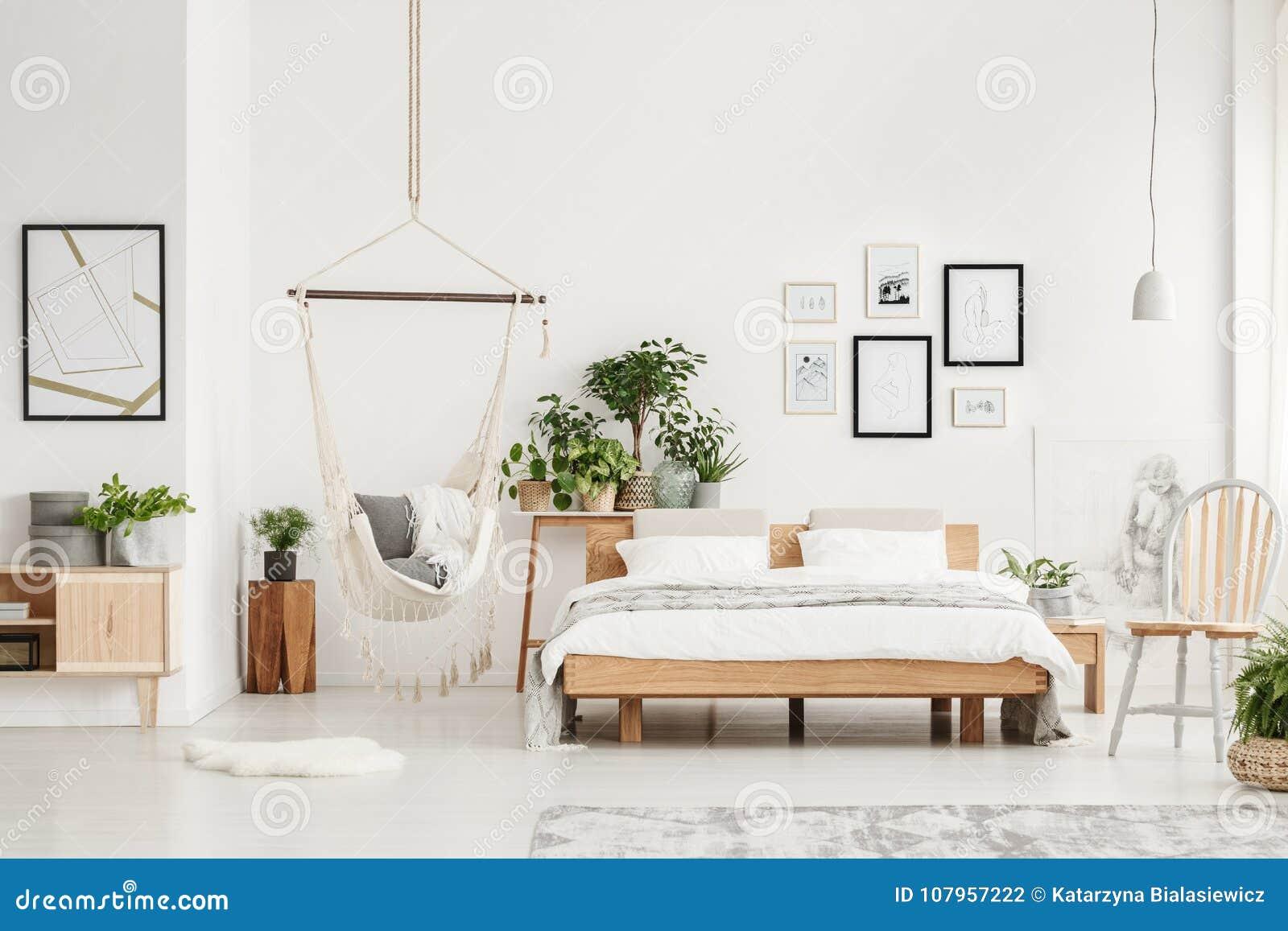 Slaapkamer met houten meubilair
