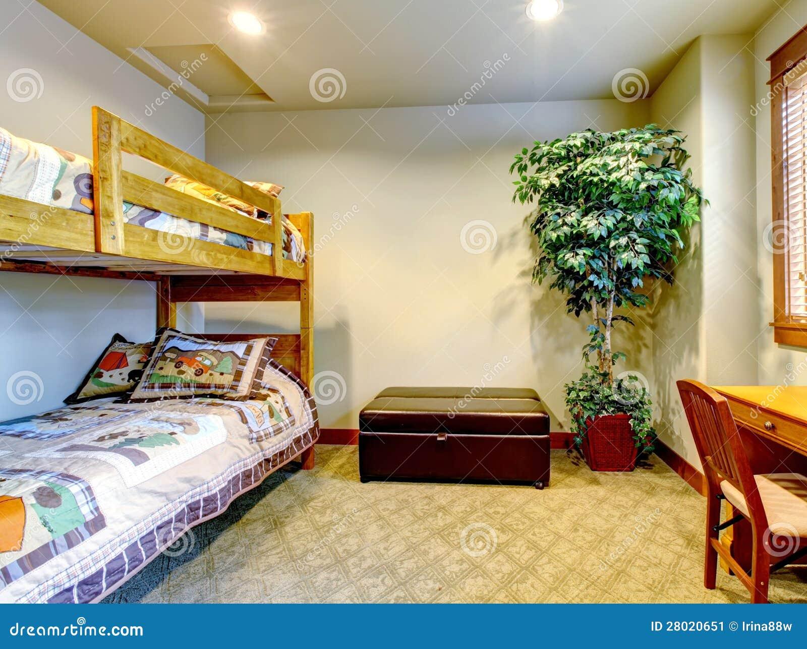 Slaapkamer met kinderen tweepersoonsbed met bureau. stock ...