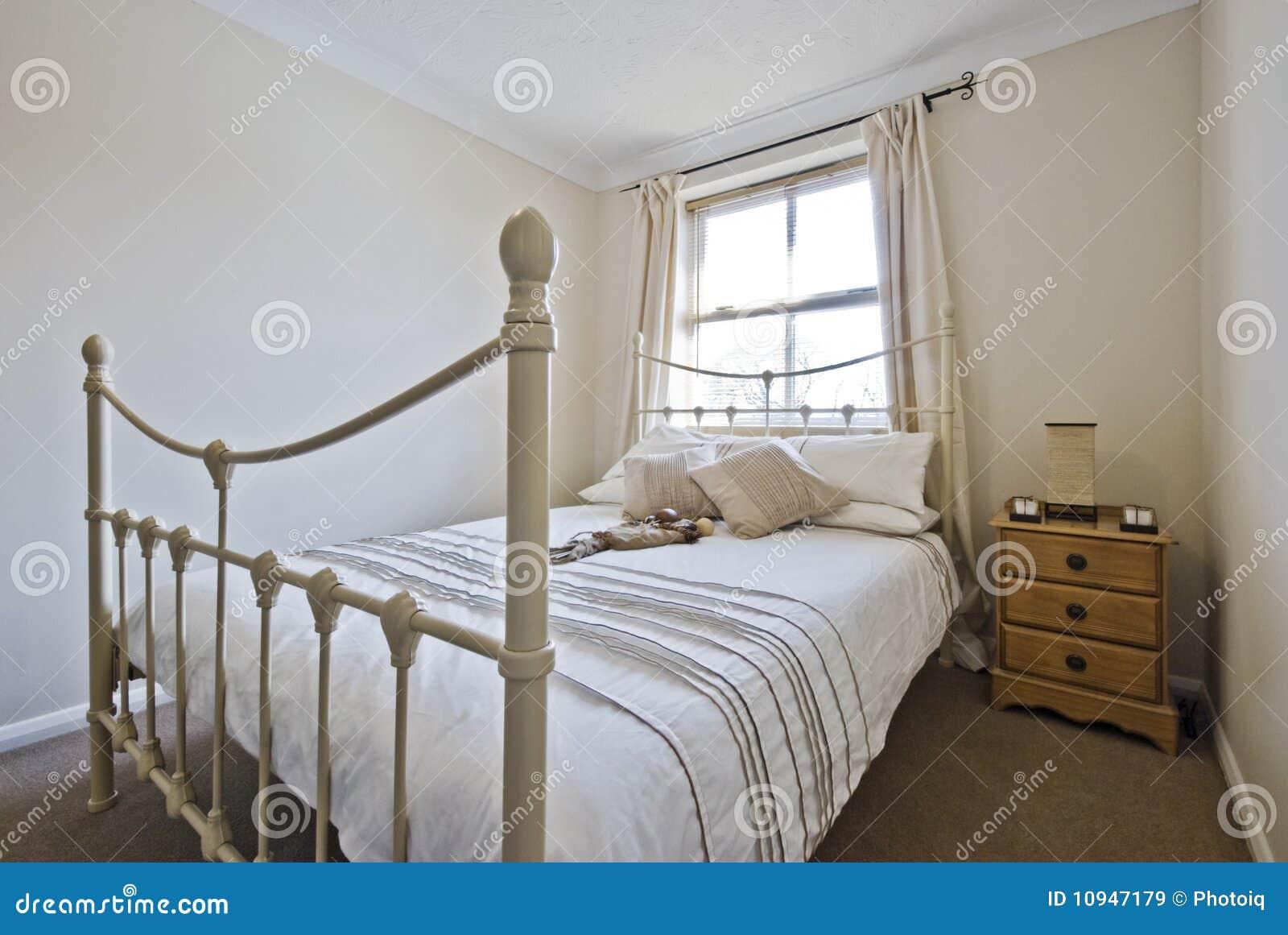 Slaapkamer met klassiek tweepersoonsbed royalty vrije stock ...