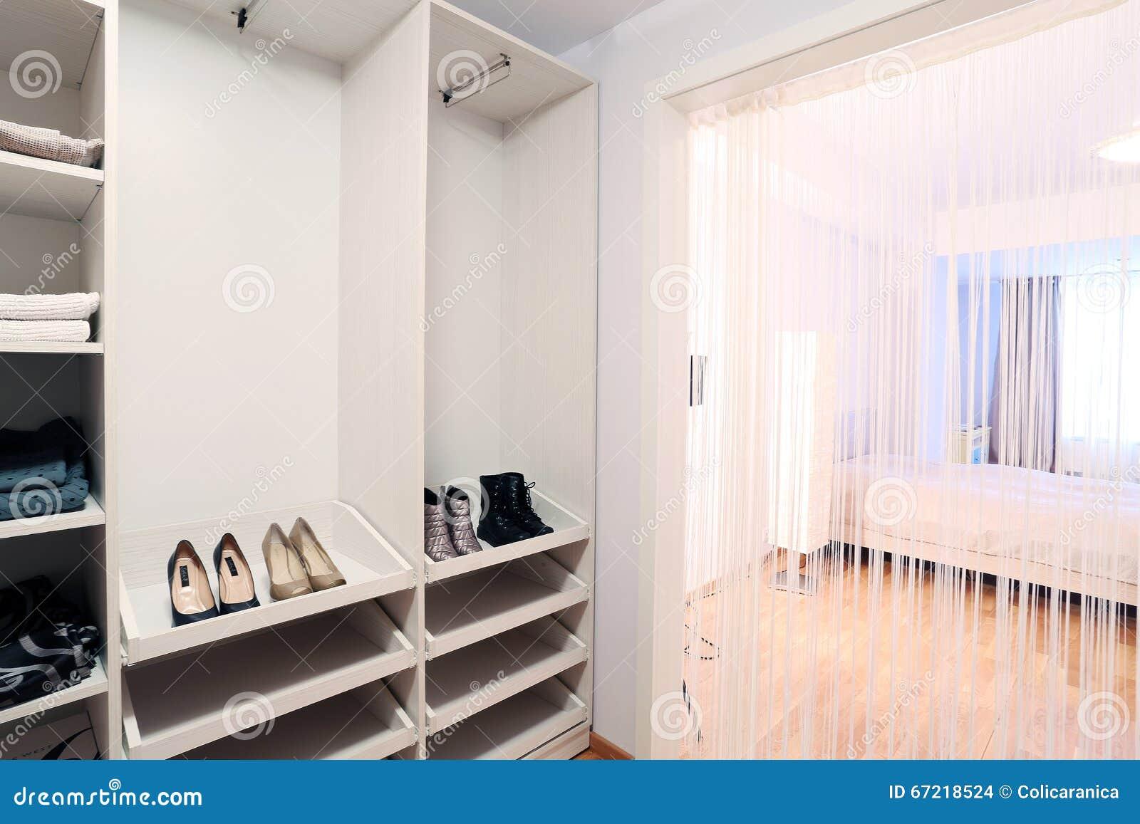 Kleedkamer In Slaapkamer : Slaapkamer met kleedkamer stock foto. afbeelding bestaande uit