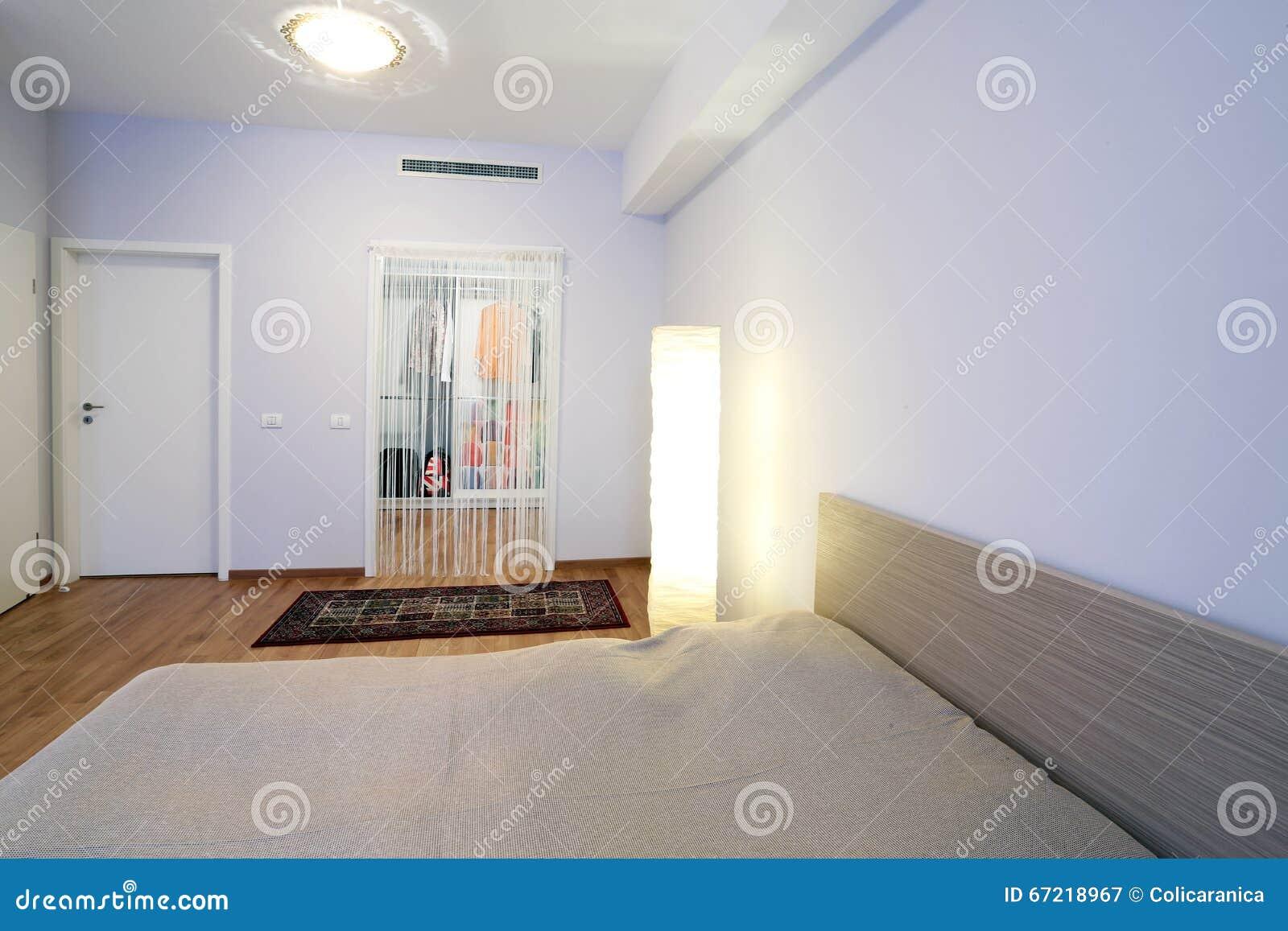 Kleedkamer In Slaapkamer : Slaapkamer met kleedkamer stock afbeelding. afbeelding bestaande uit