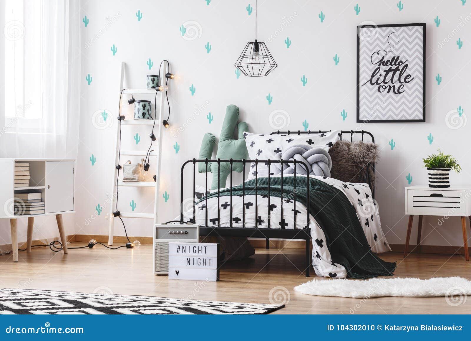 Leuk Behang Slaapkamer : Slaapkamer met leuk cactusbehang stock foto afbeelding bestaande