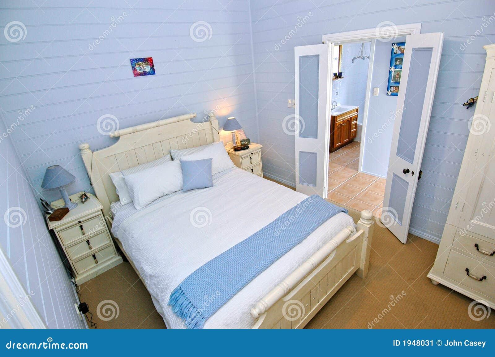 Slaapkamer met lichtblauwe muren stock afbeelding   afbeelding ...