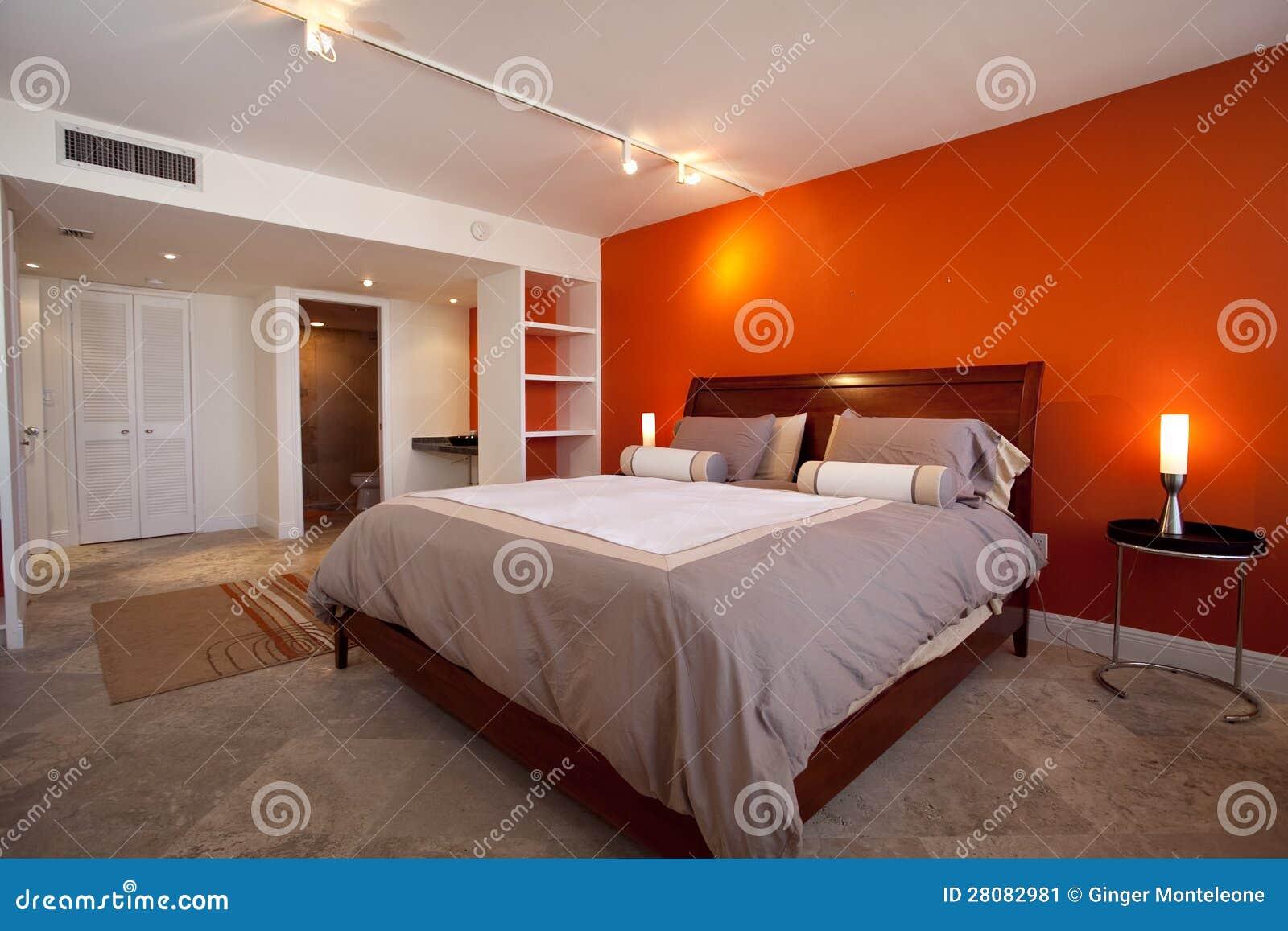 Slaapkamer met oranje muur stock afbeelding. Afbeelding bestaande ...