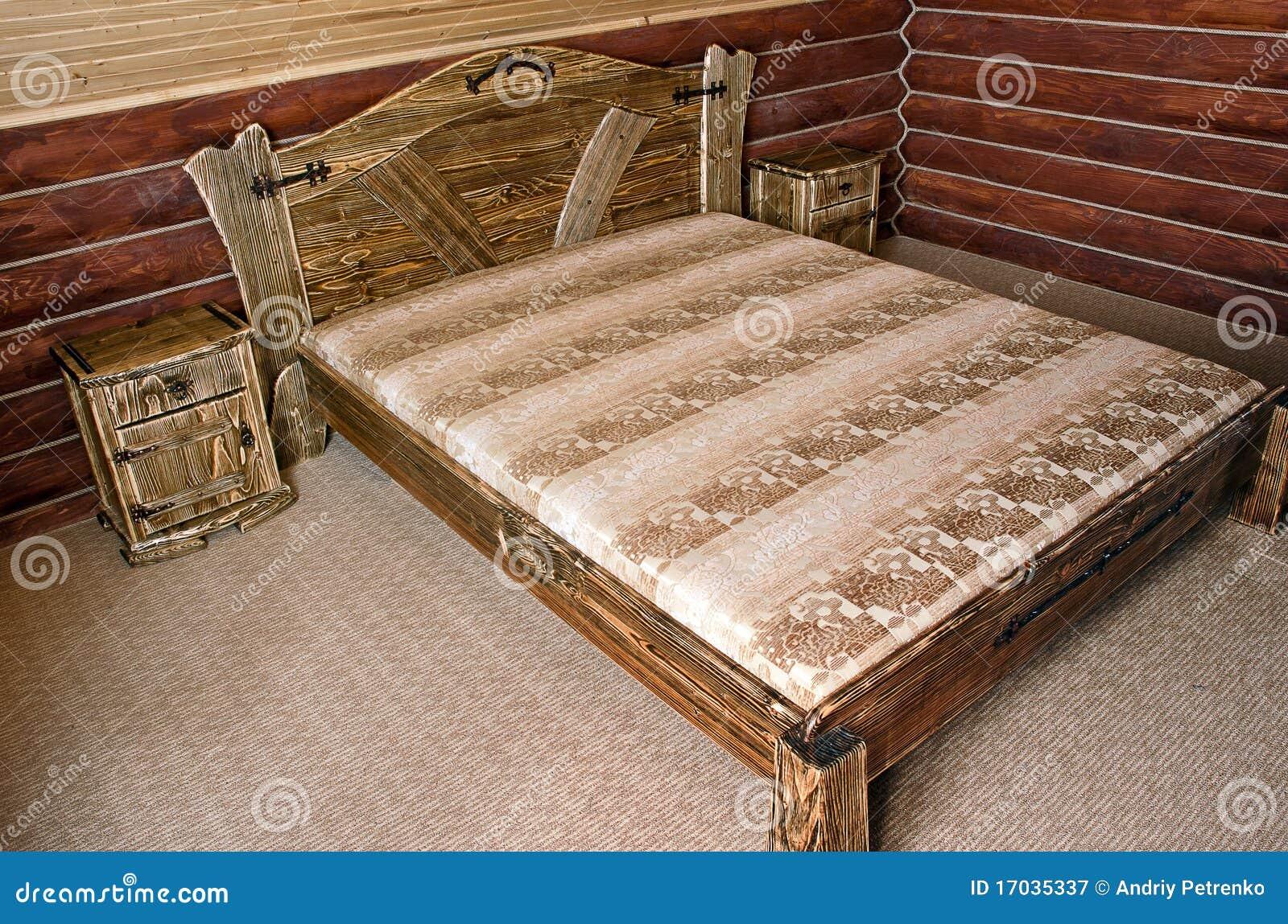 Slaapkamer met ouderwets houten bed royalty vrije stock fotografie ...