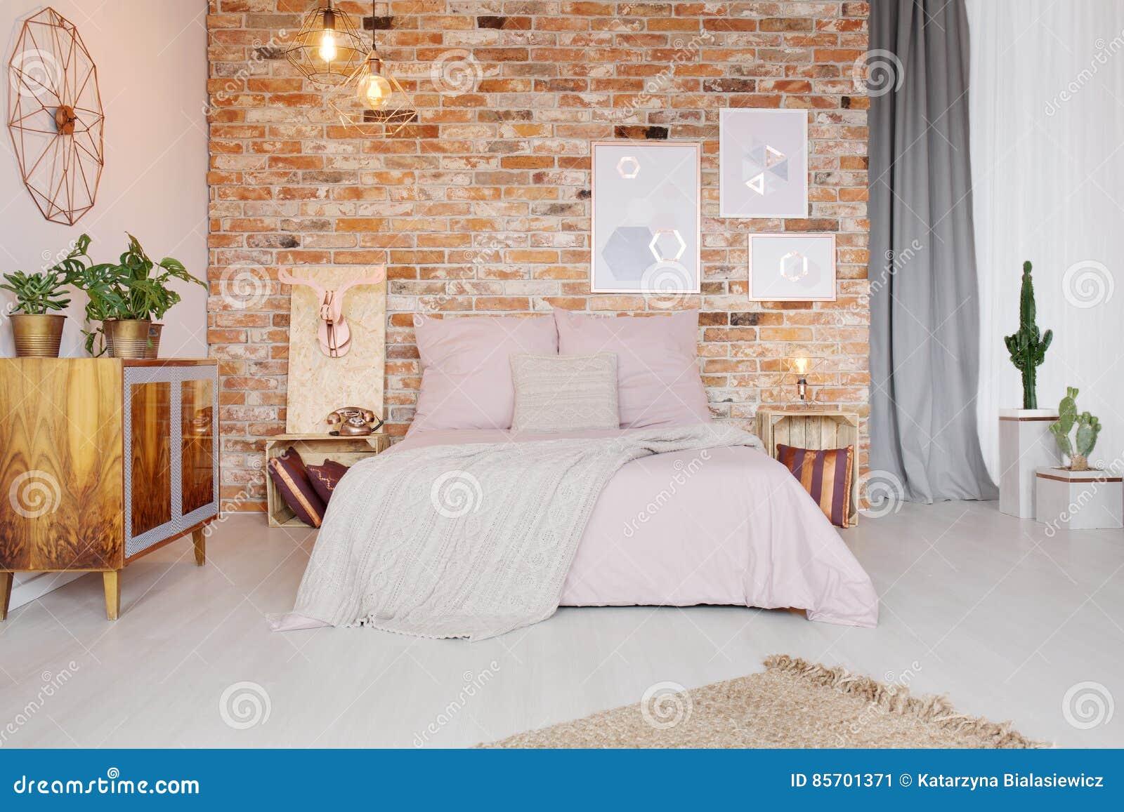 Design Commode Slaapkamer : Slaapkamer met pallet zijlijst stock afbeelding afbeelding