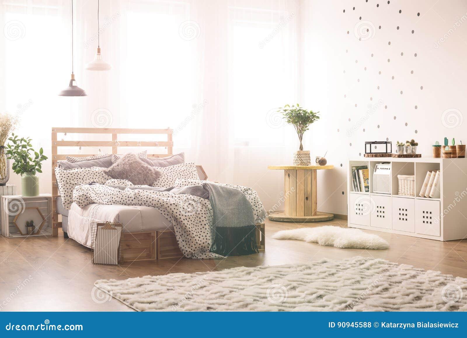Zwarte Slaapkamer Muur : Slaapkamer met punten op de muur stock foto afbeelding bestaande