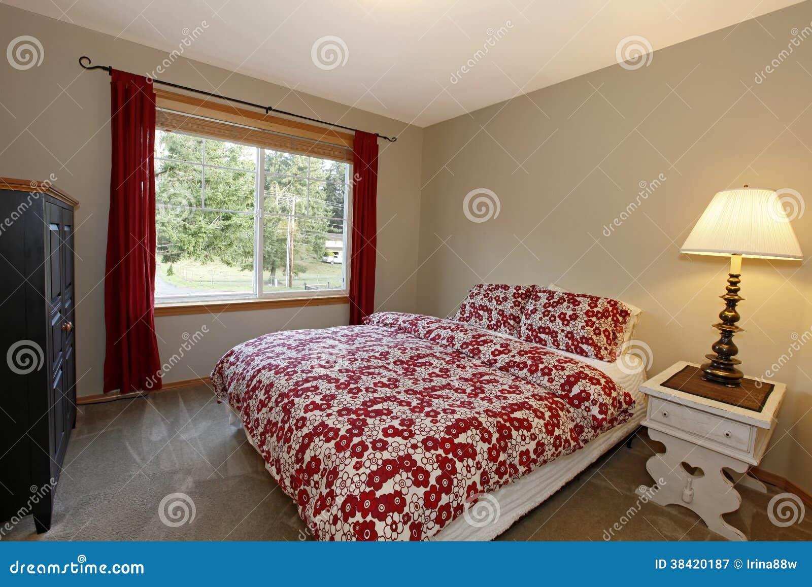 Bruine Slaapkamer Muur : Slaapkamer met rood bed en bruine muren stock afbeelding