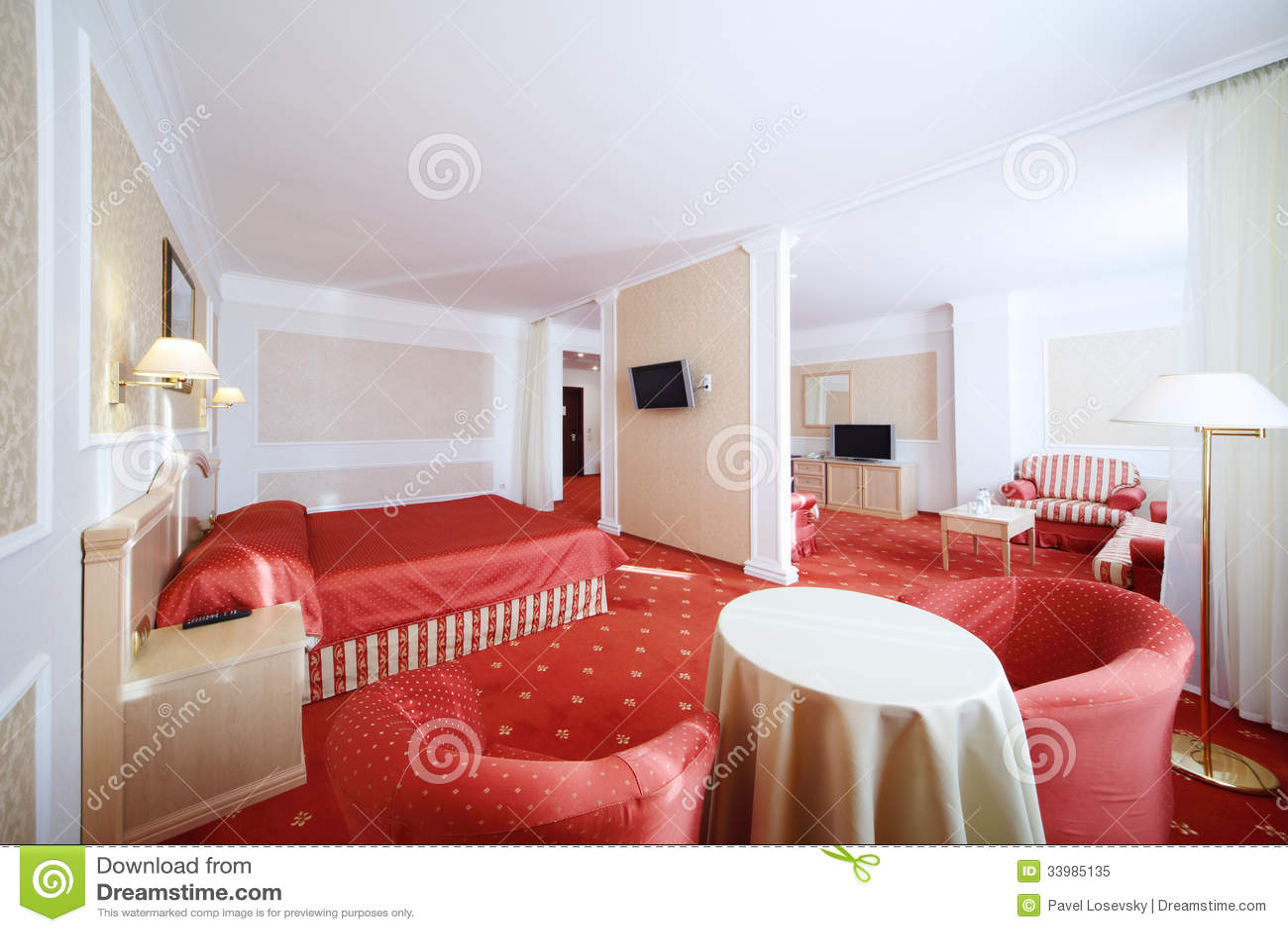 Slaapkamer met rood bed en woonkamer stock afbeelding for Slaapkamer bed