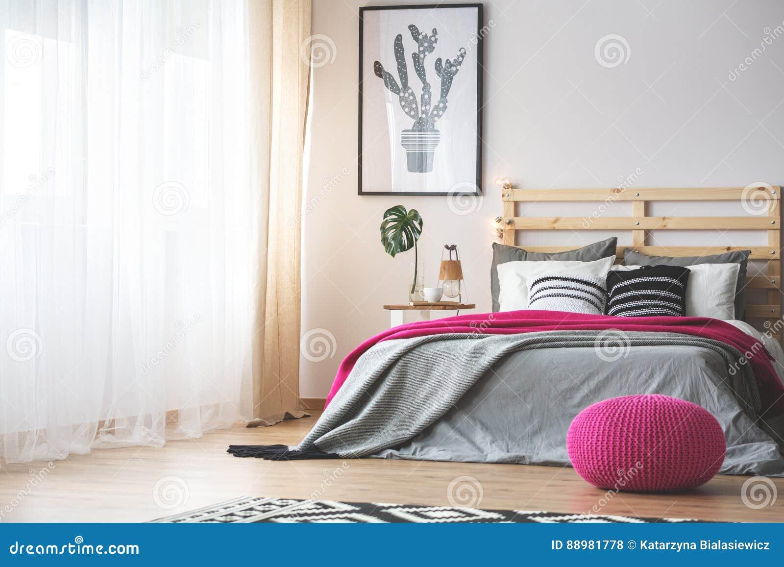 Slaapkamer Grijs Roze : Slaapkamer met roze toebehoren stock foto afbeelding bestaande