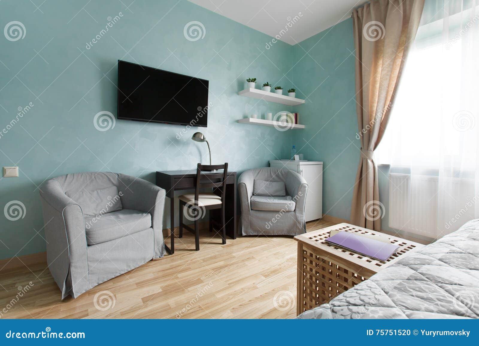 slaapkamer met televisie en leunstoelen stock foto  afbeelding, Meubels Ideeën