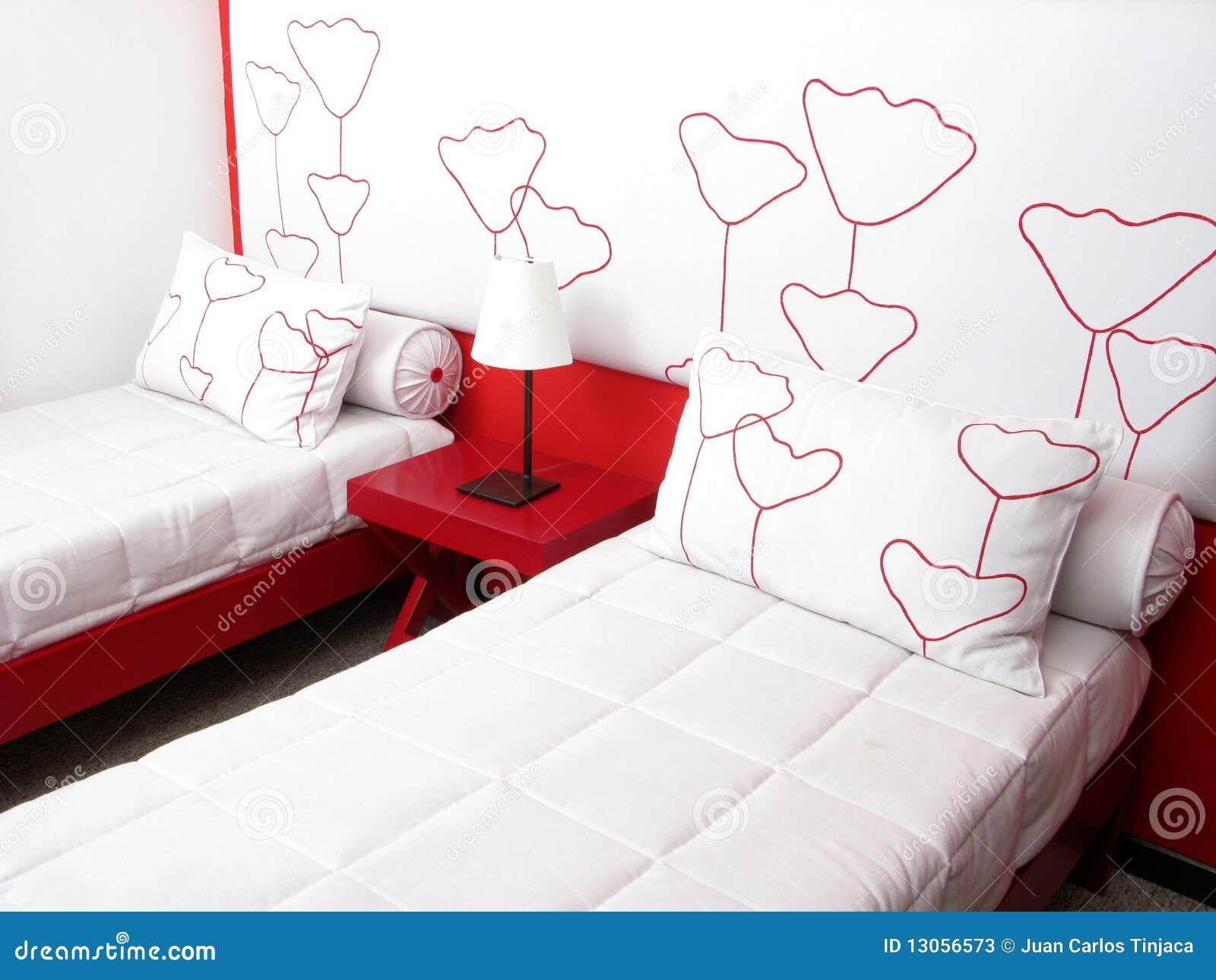 Slaapkamer met twee bedden stock foto's   afbeelding: 13056573