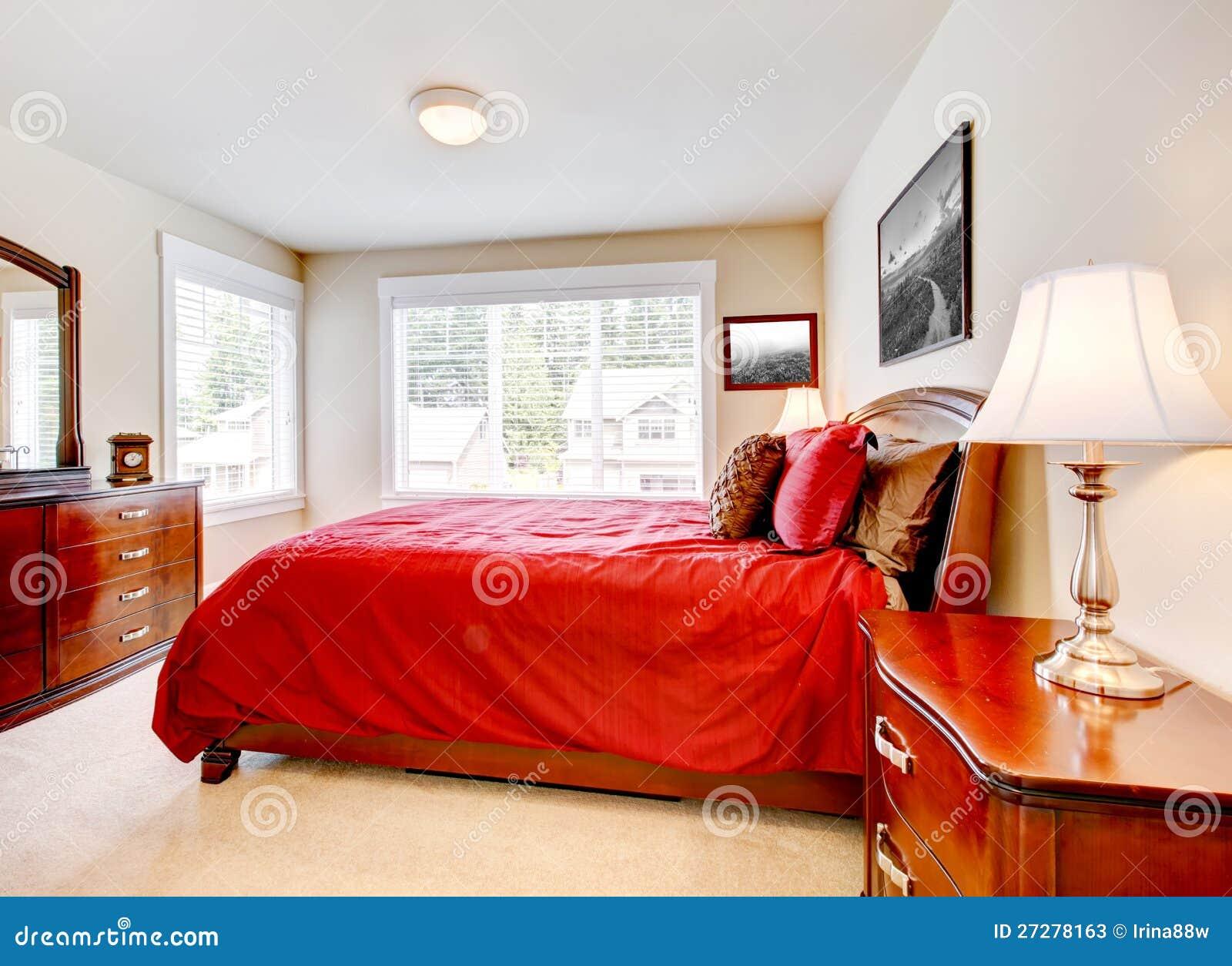 Slaapkamer met twee vensters en rood bed stock foto's   afbeelding ...
