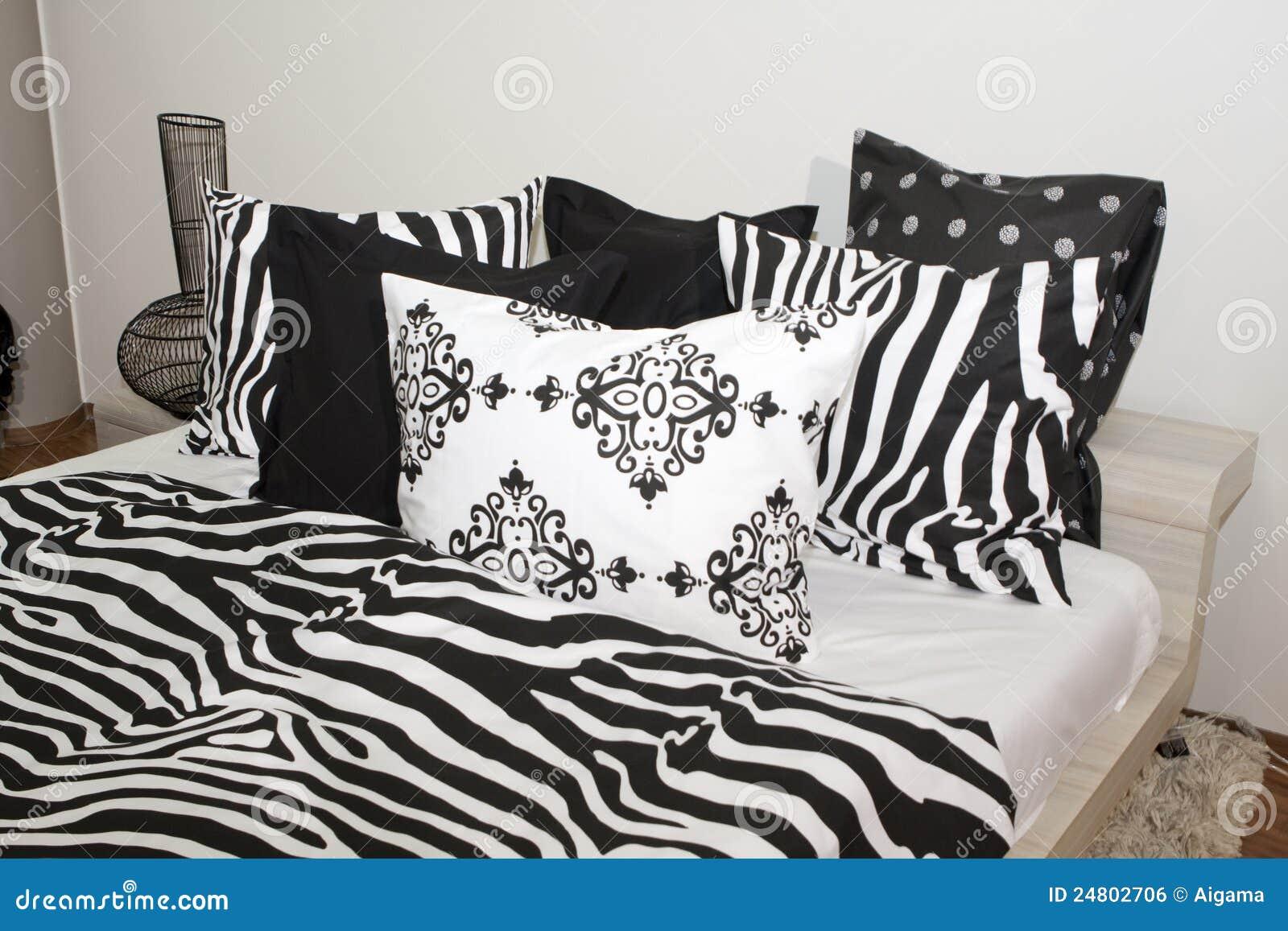 Slaapkamer Met Zwart-witte Hoofdkussens Royalty-vrije Stock Afbeelding ...