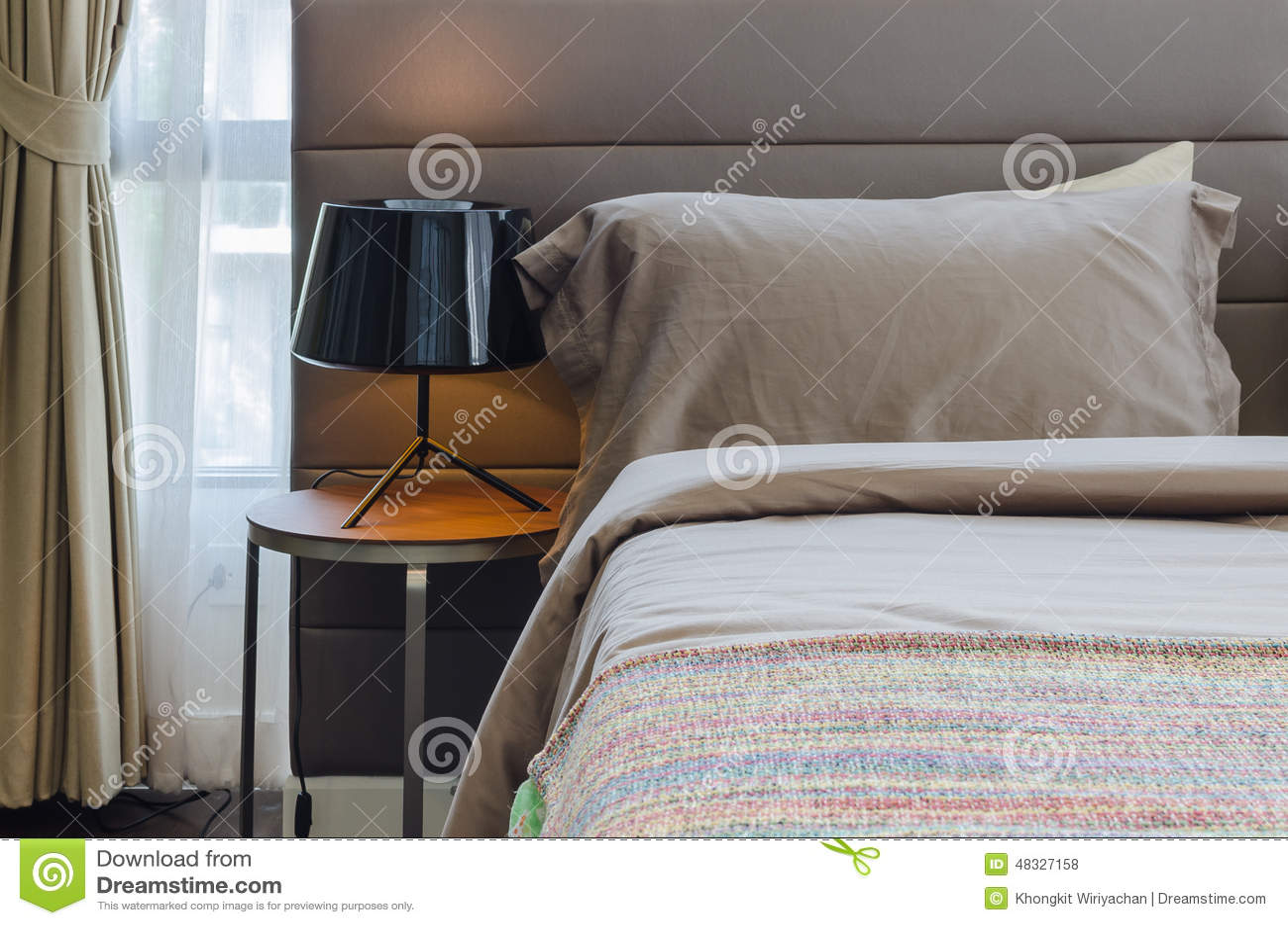 Slaapkamer Lamp Zwart : Slaapkamer met zwarte lamp op houten lijst stock foto afbeelding
