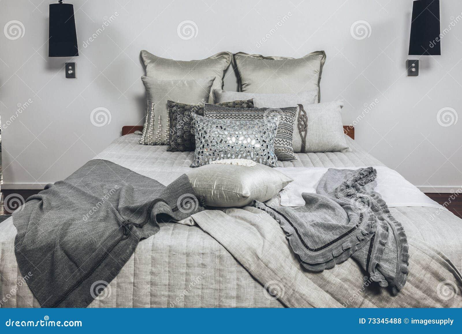 https://thumbs.dreamstime.com/z/slaapkamer-modern-huis-met-kussens-73345488.jpg