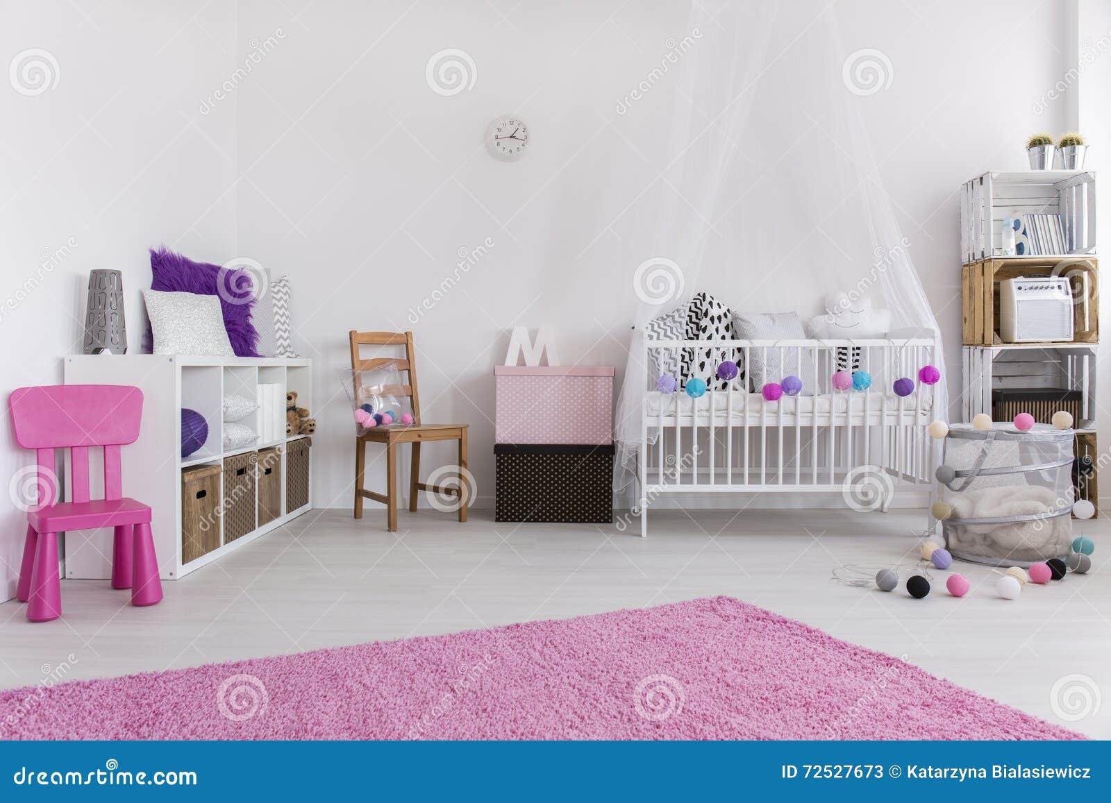 Slaapkamer op meisje wordt voorbereid dat stock afbeelding