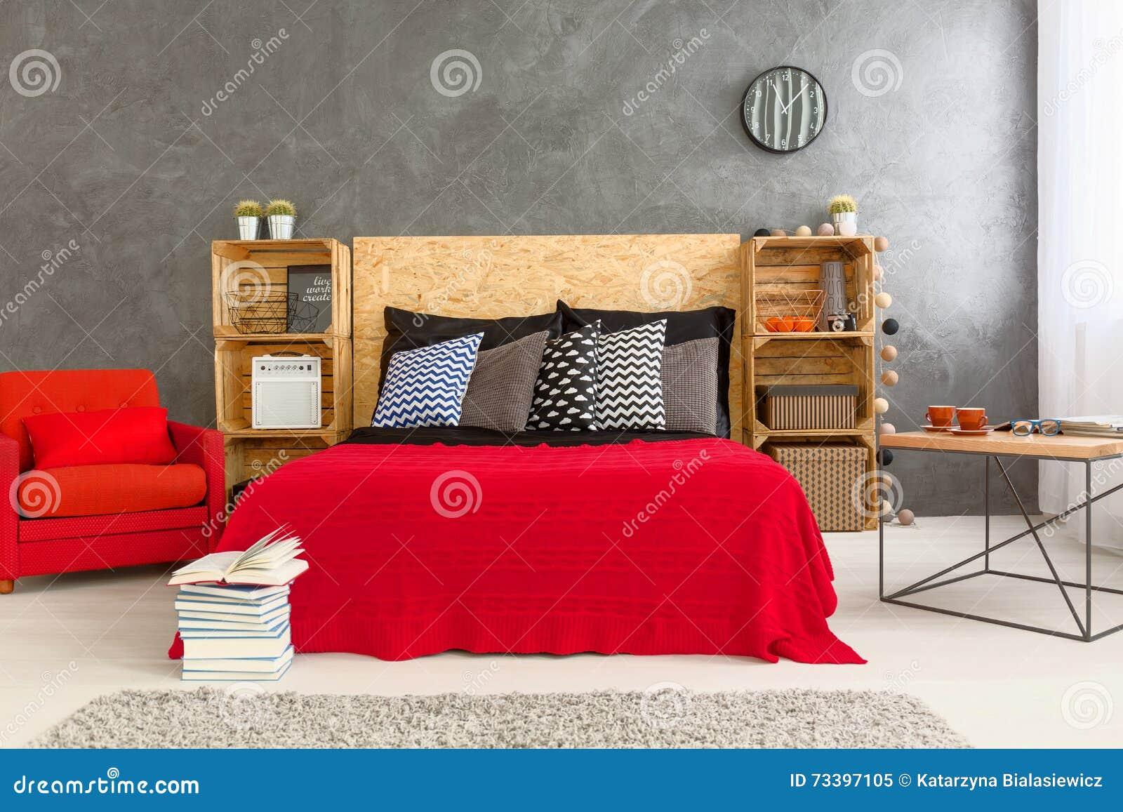 Slaapkamer in rood en grijs stock afbeelding afbeelding 73397105 - Kamer in rood en grijs ...