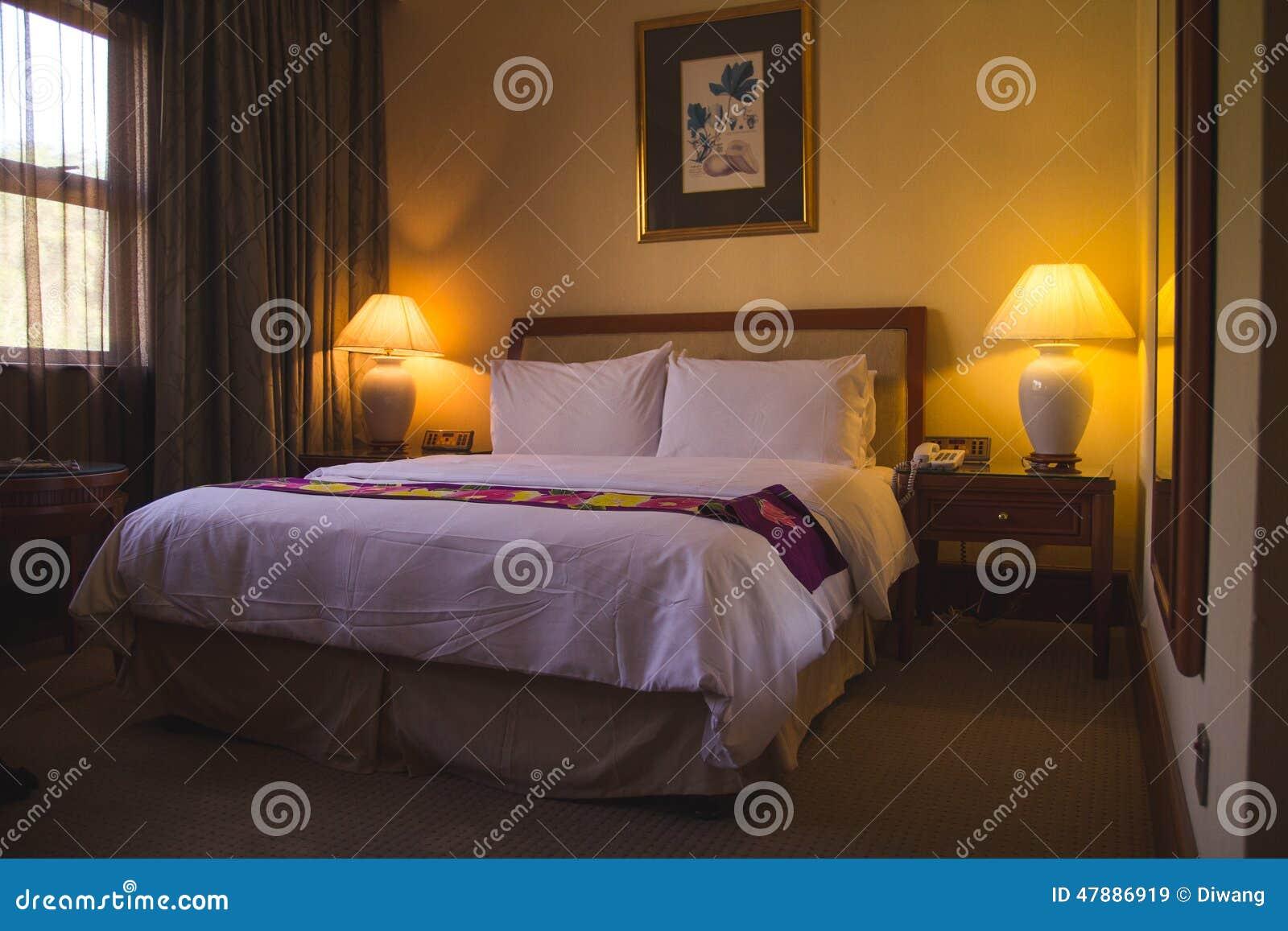 Slaapkamer van de luxe de moderne stijl bij hotel stock foto ...