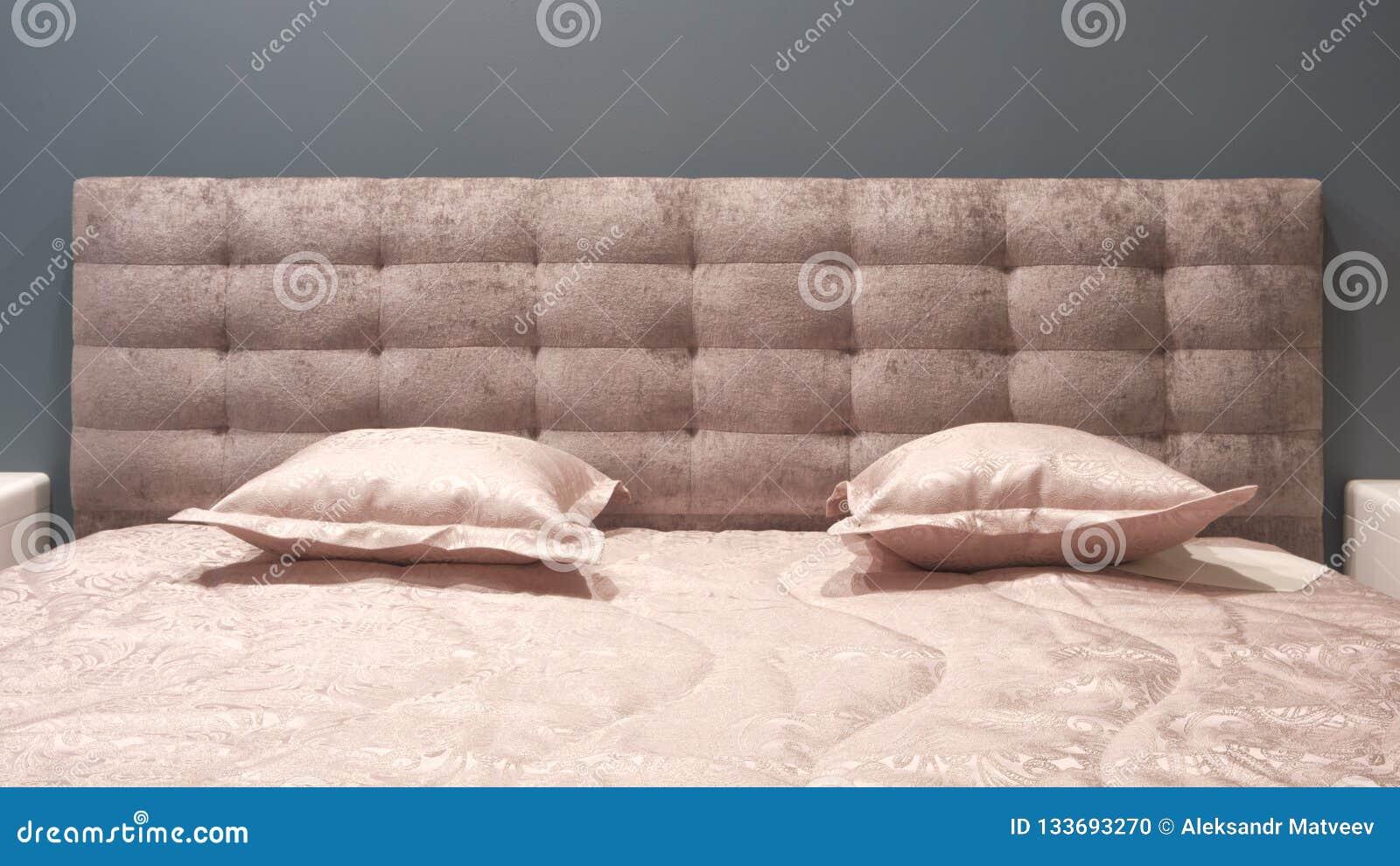 Slaapkamer van de luxe de moderne stijl en in grijze, roze, bruine en blauwe tonen, Binnenlands van een slaapkamer met pluchekuss