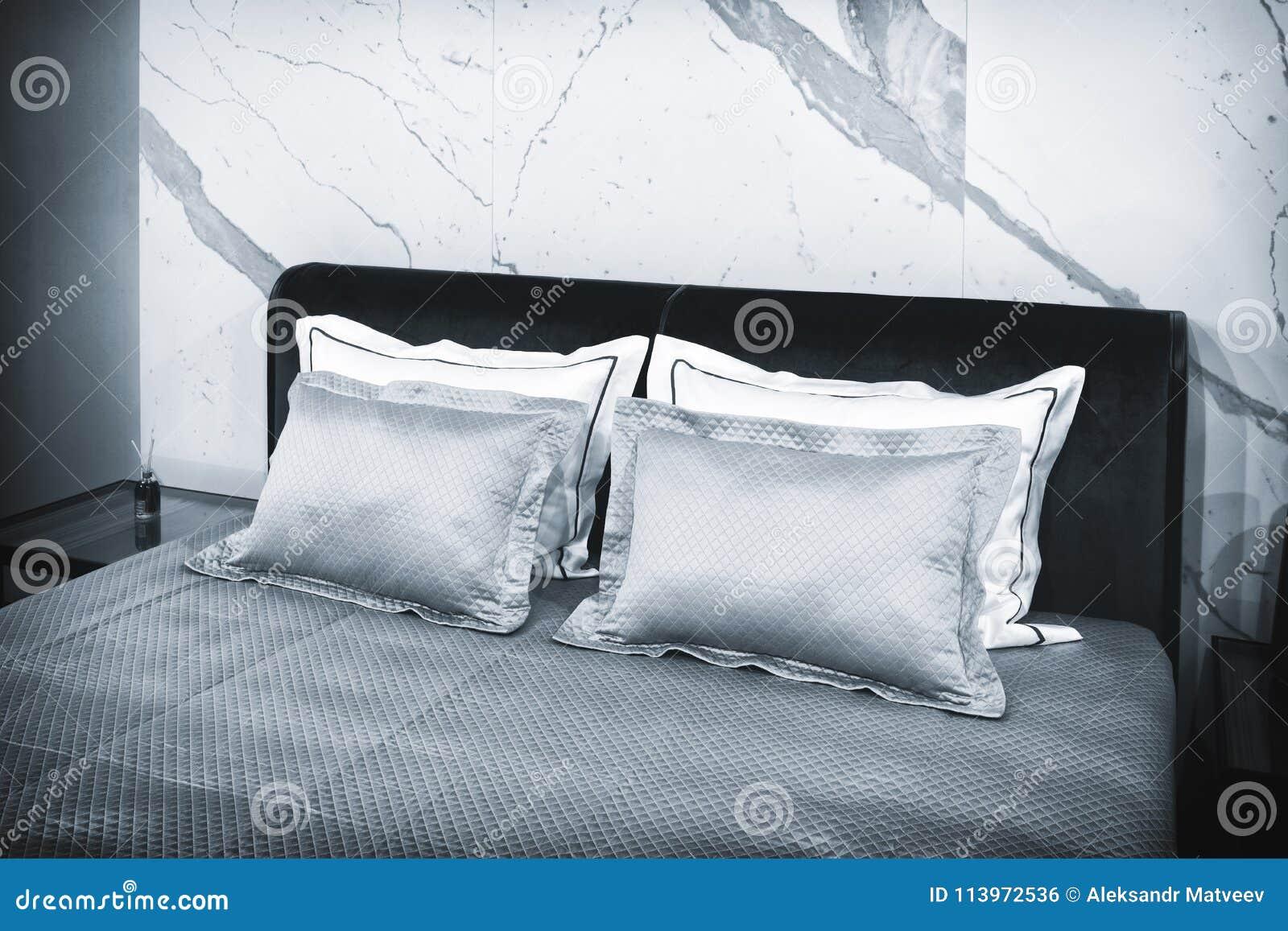 Slaapkamer van de luxe de moderne stijl in grijze en blauwe tonen, Binnenlands van een hotelslaapkamer