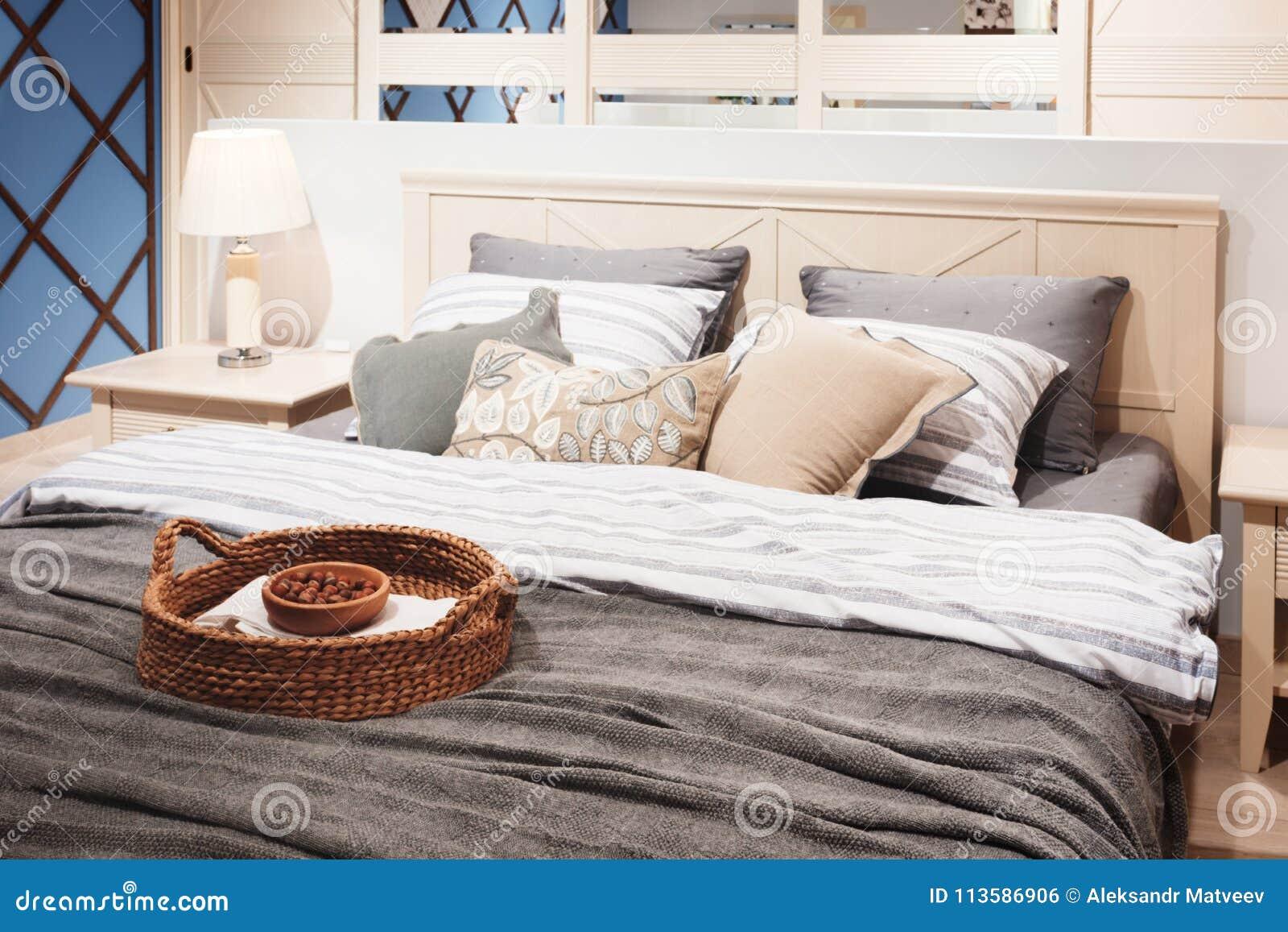 Slaapkamer Interieur Grijs : Slaapkamer van de luxe de moderne stijl in roze grijze en blauwe