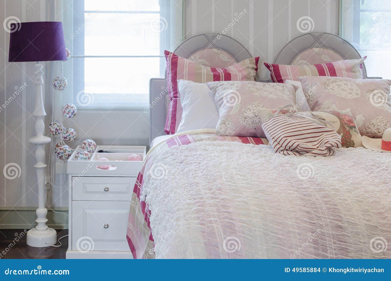 Roze Slaapkamer Lamp : Slaapkamer van het luxe de roze kleurenschema met witte lijst en