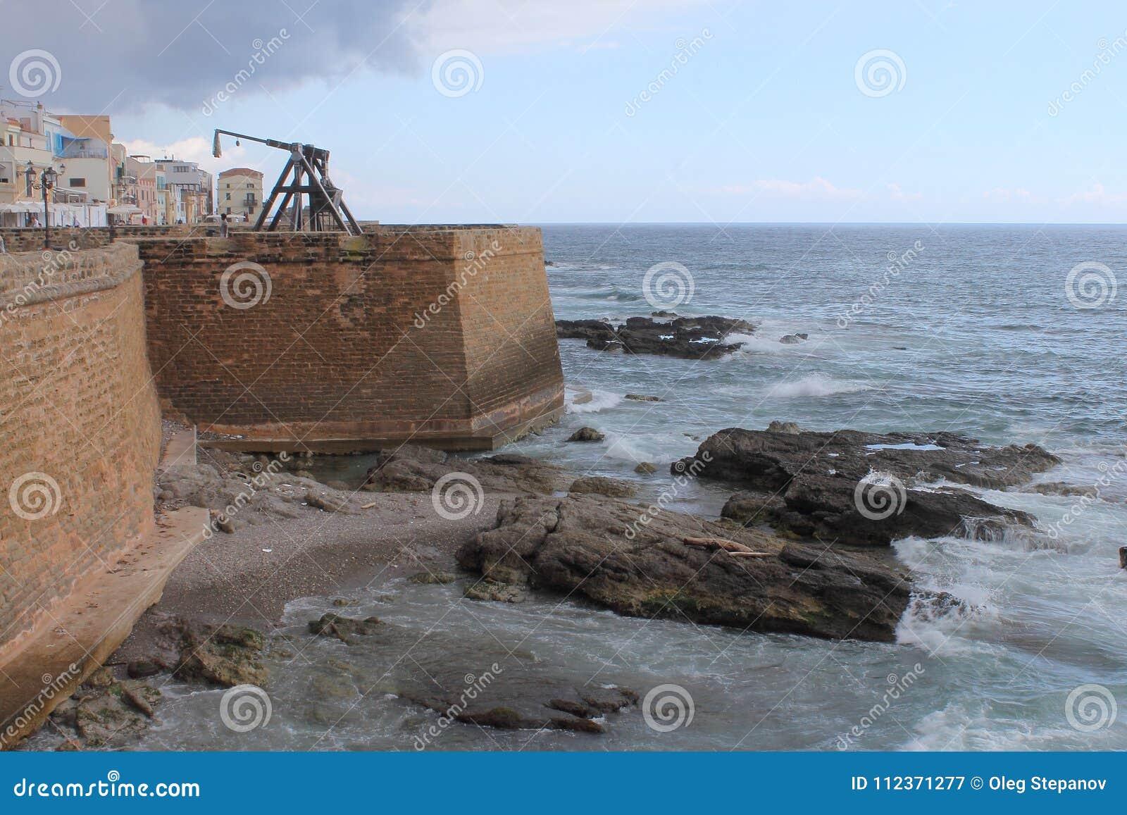 Slangbåge-, Bastione och kronastadsväggar av Alghero Italien Sardinia