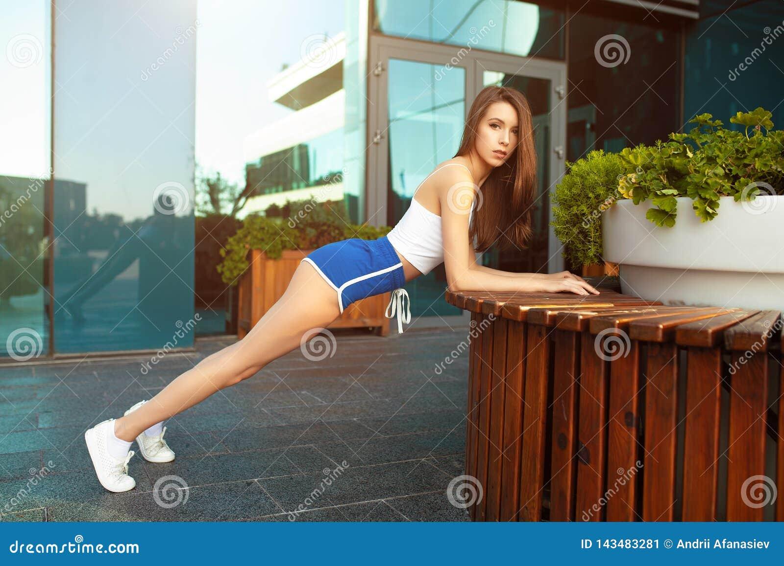 Slank flicka f?r idrottsman nen f?r ung kvinna f?r kondition som utanf?r g?r planka?vning Passform f?r kors f?r gymnastik f?r cro