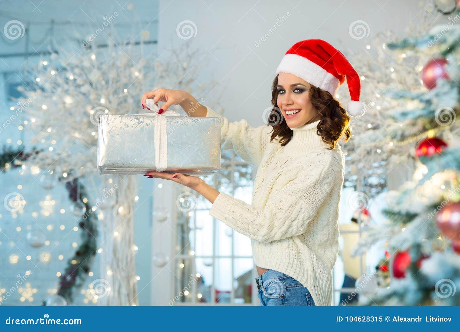 Download Slank Jong Meisje Dichtbij De Kerstboom Stock Afbeelding - Afbeelding bestaande uit schoonheid, haar: 104628315