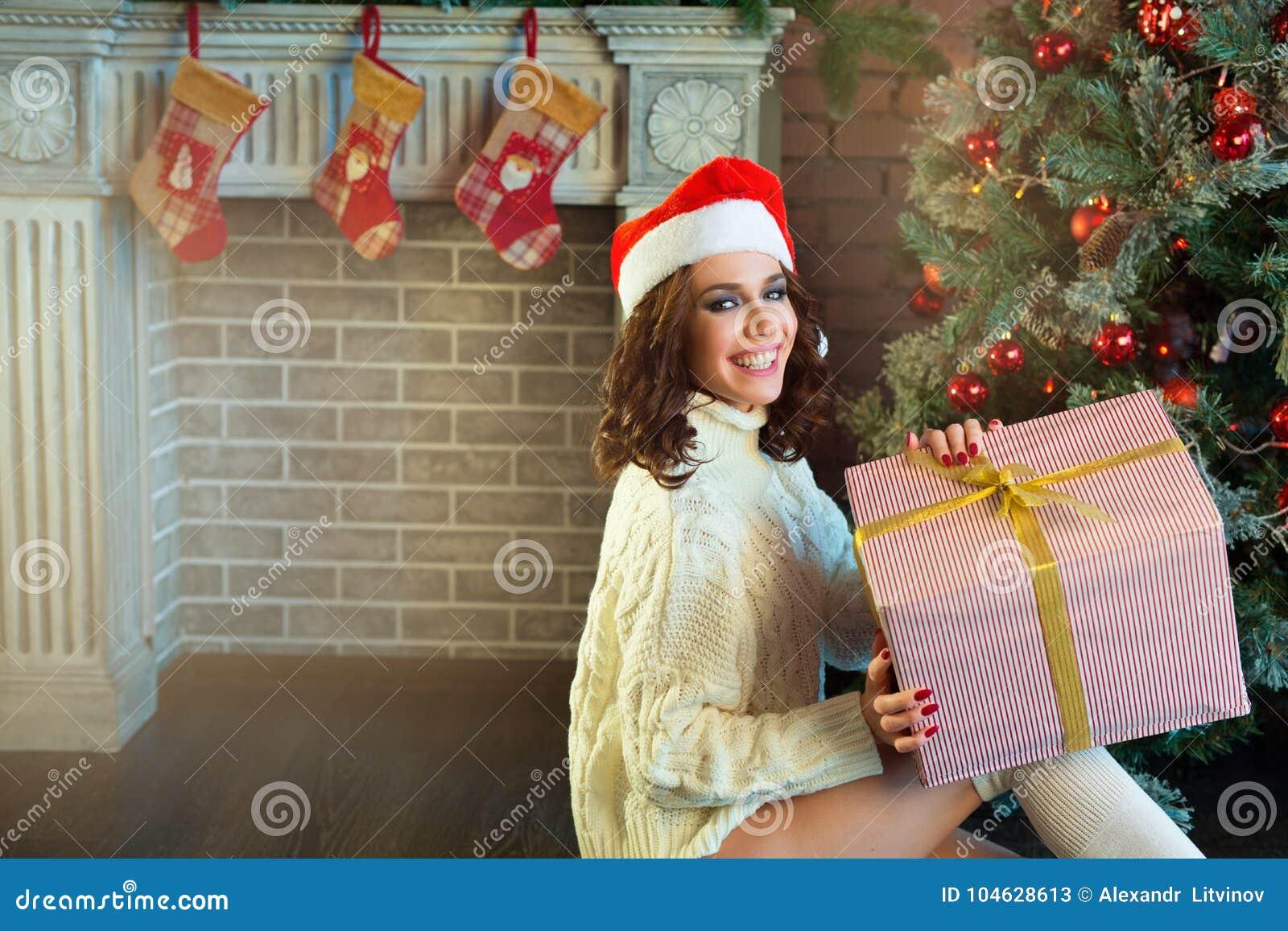 Download Slank Jong Meisje Dichtbij De Kerstboom Stock Afbeelding - Afbeelding bestaande uit dame, haar: 104628613