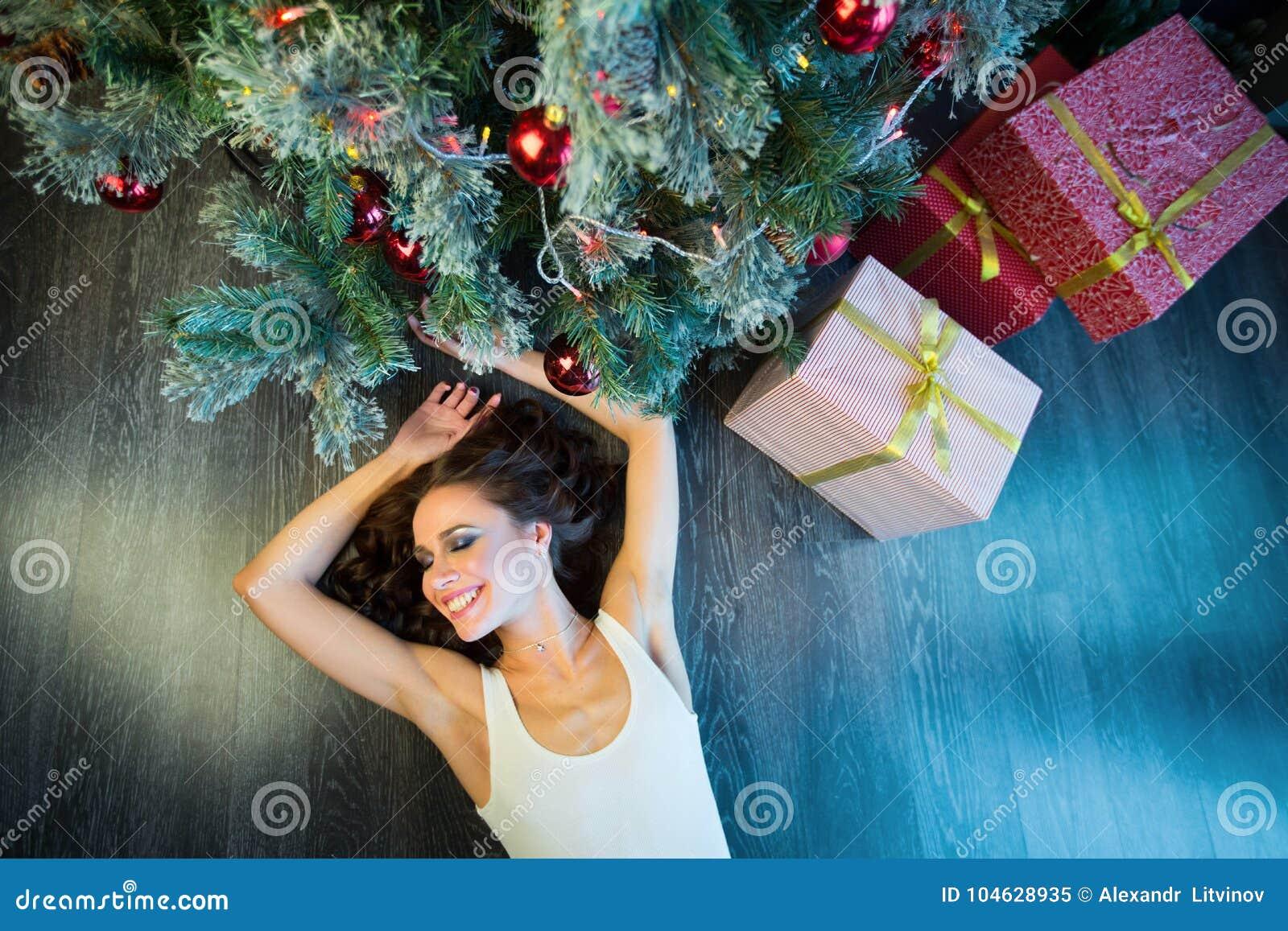 Download Slank Jong Meisje Dichtbij De Kerstboom Stock Afbeelding - Afbeelding bestaande uit schoonheidsmiddel, gelukkig: 104628935