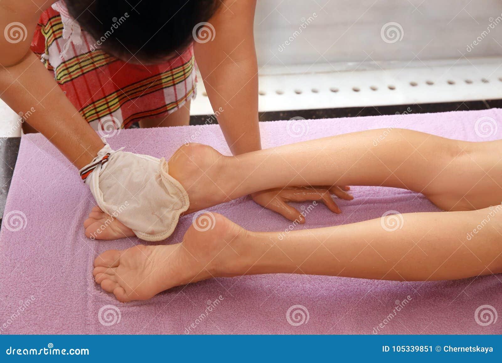 Slank kvinna som har massage
