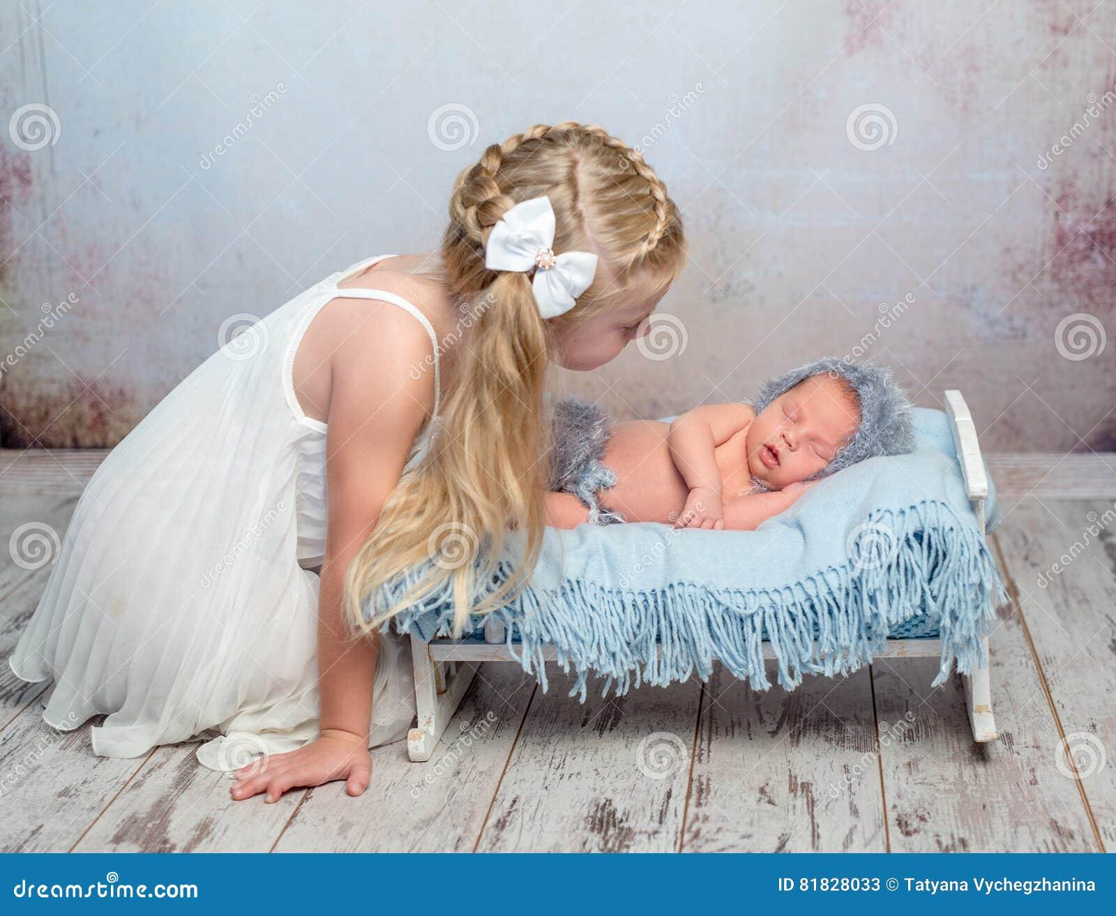 Slapen Pasgeboren Op Weinig Bed En Zijn Zuster Stock Afbeelding