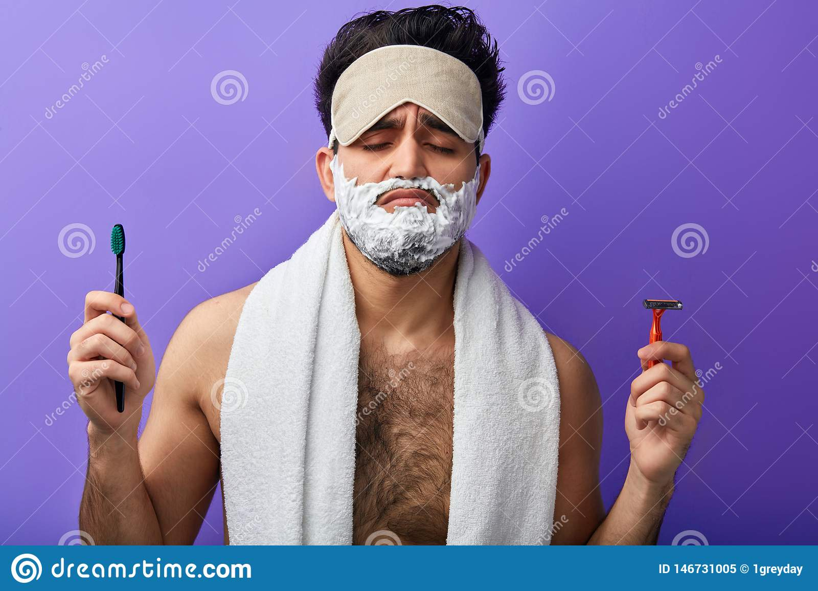 Slaperige aantrekkelijke knappe mens met gesloten ogen, het scheren schuim op zijn gezicht