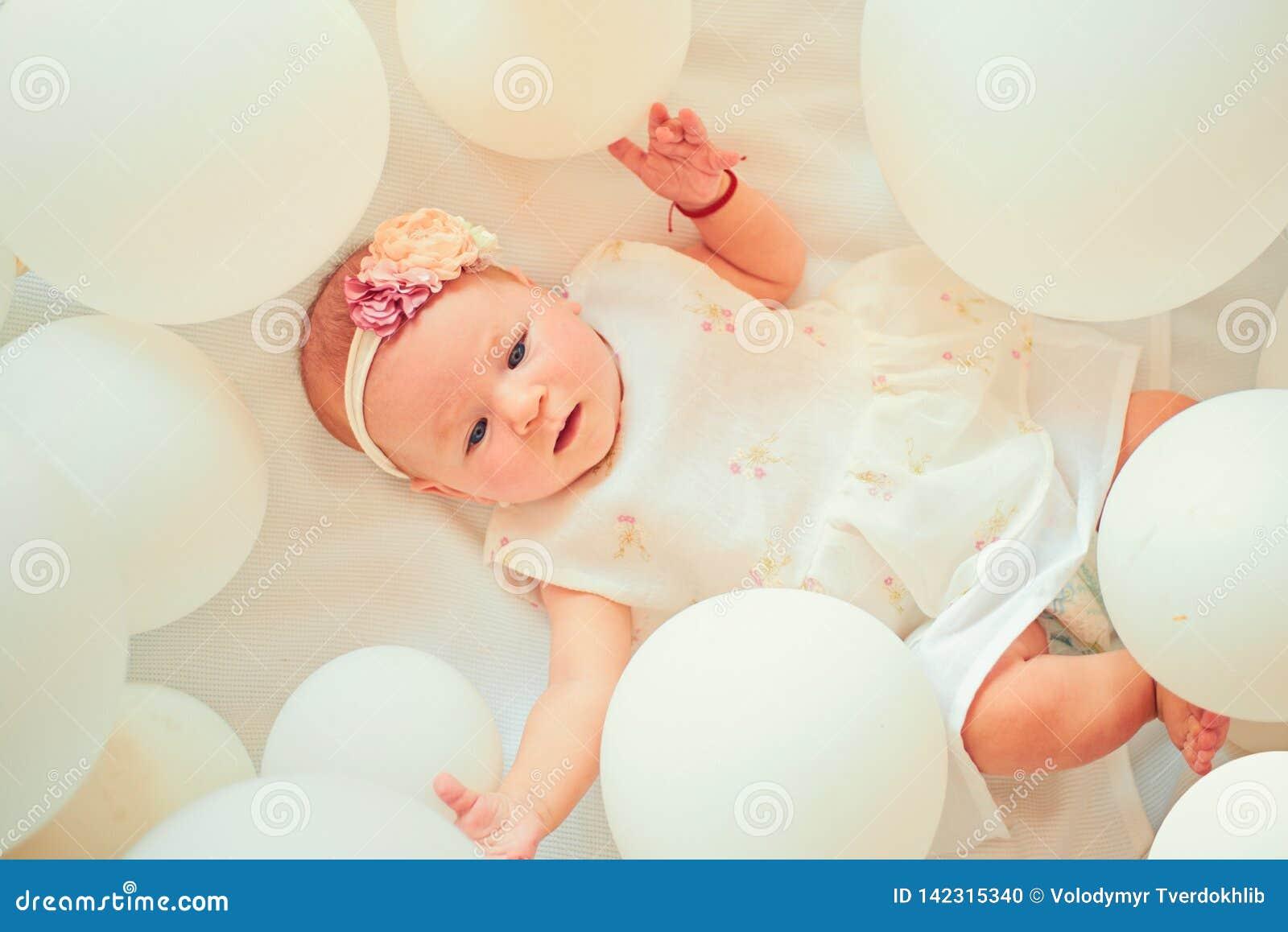 Slaperige baby Kinderjarengeluk Snoepje weinig baby Het nieuwe leven en geboorte Familie Kinderverzorging De Dag van kinderen Kle