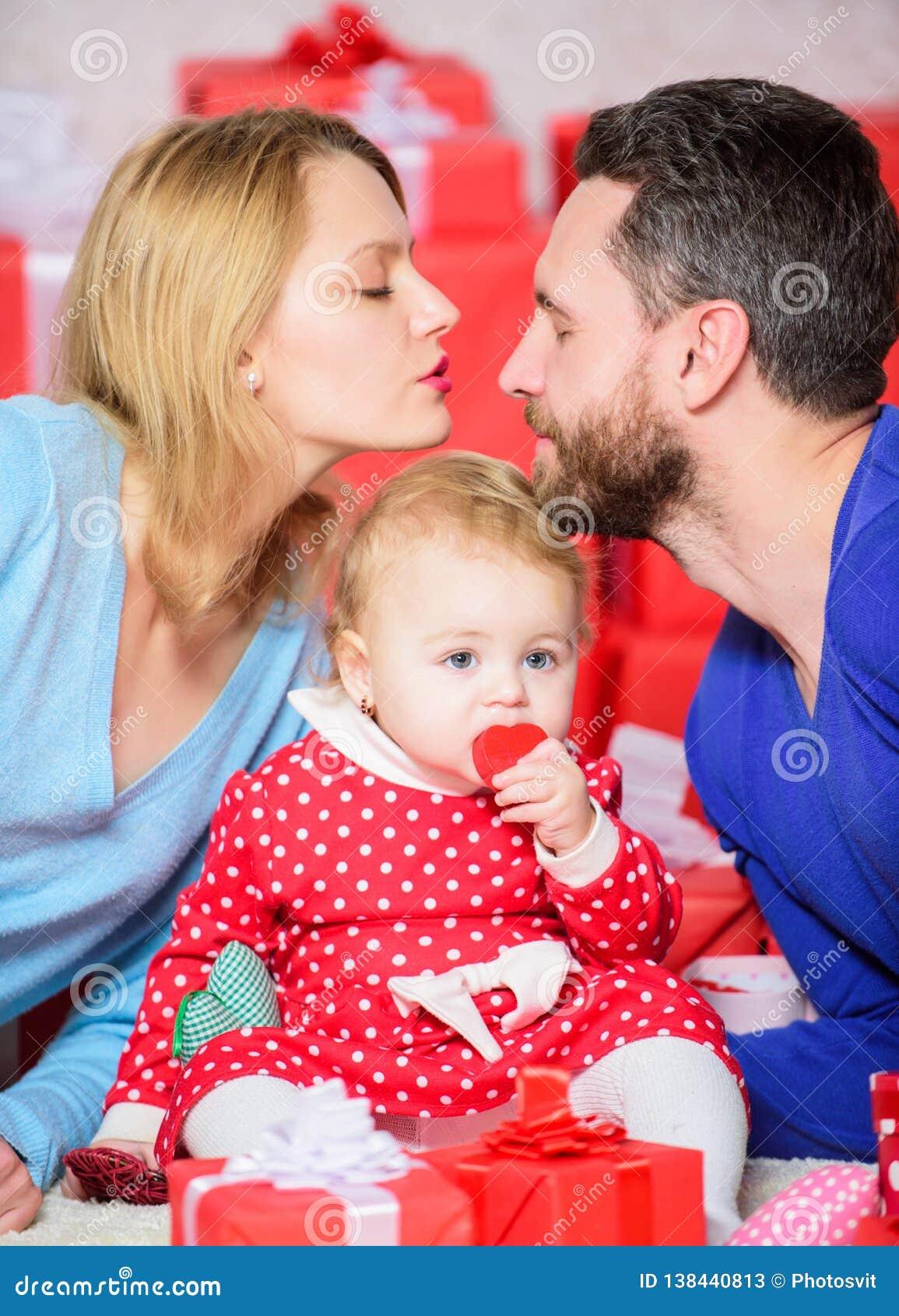 Slaperige poney Vader, moeder en doughter kind Liefde en vertrouwen in familie Gebaarde man en vrouw met meisje gelukkig
