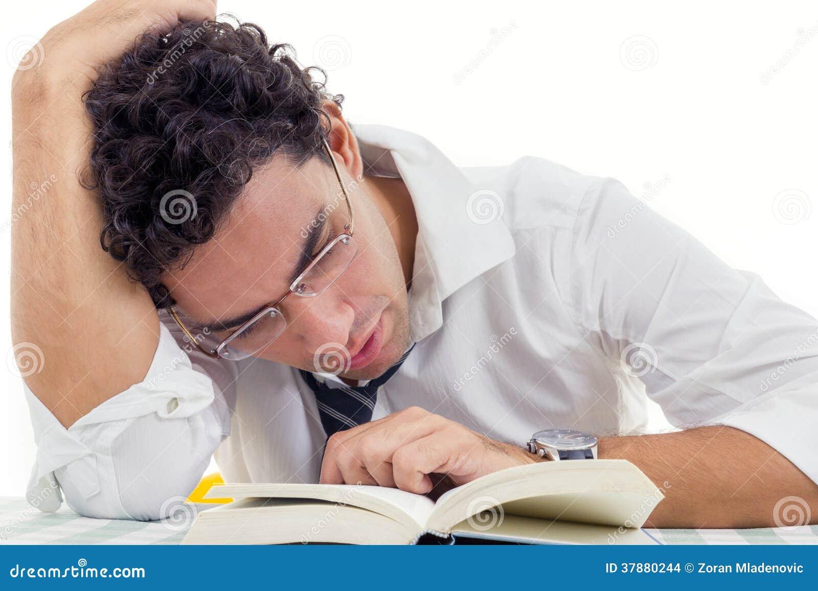 Slaperige volwassen mens met glazen in wit overhemd en bandzittingsverstand