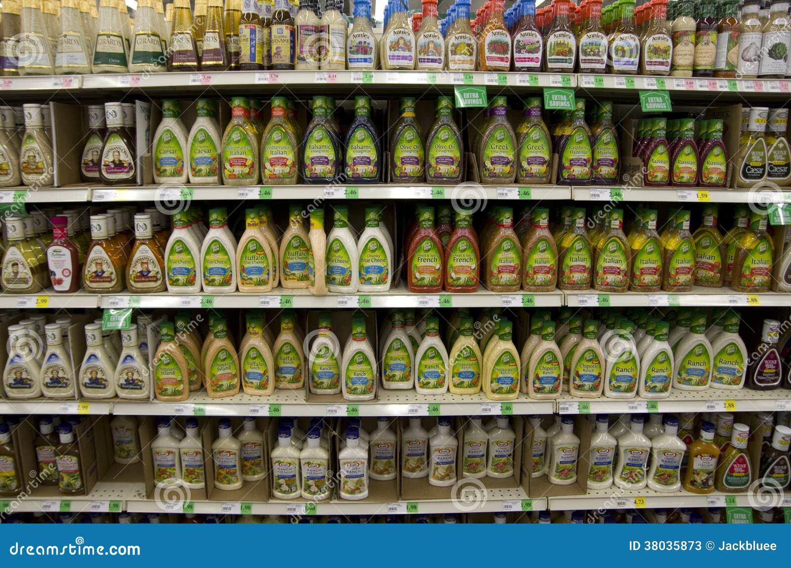 Slasausen in kruidenierswinkelopslag redactionele stock foto
