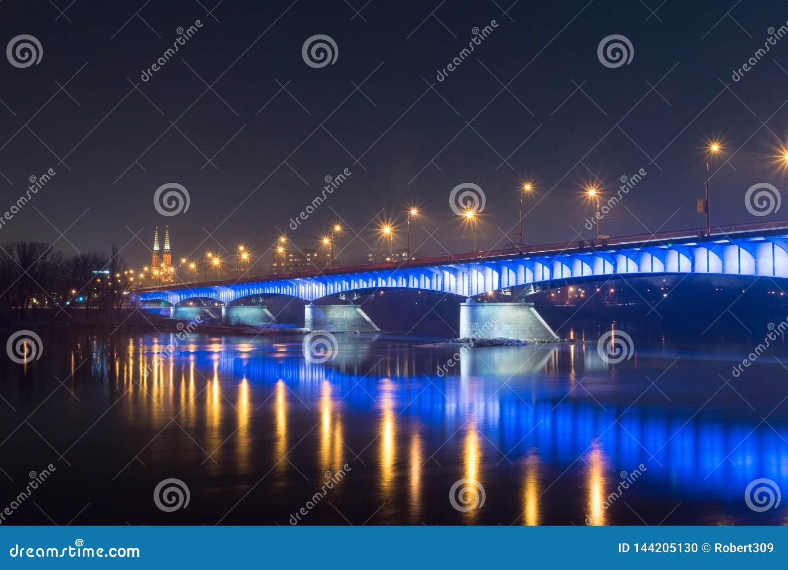 Slasko-Dabrowski most nad Vistula rzeką przy nocą w Warszawa, Polska