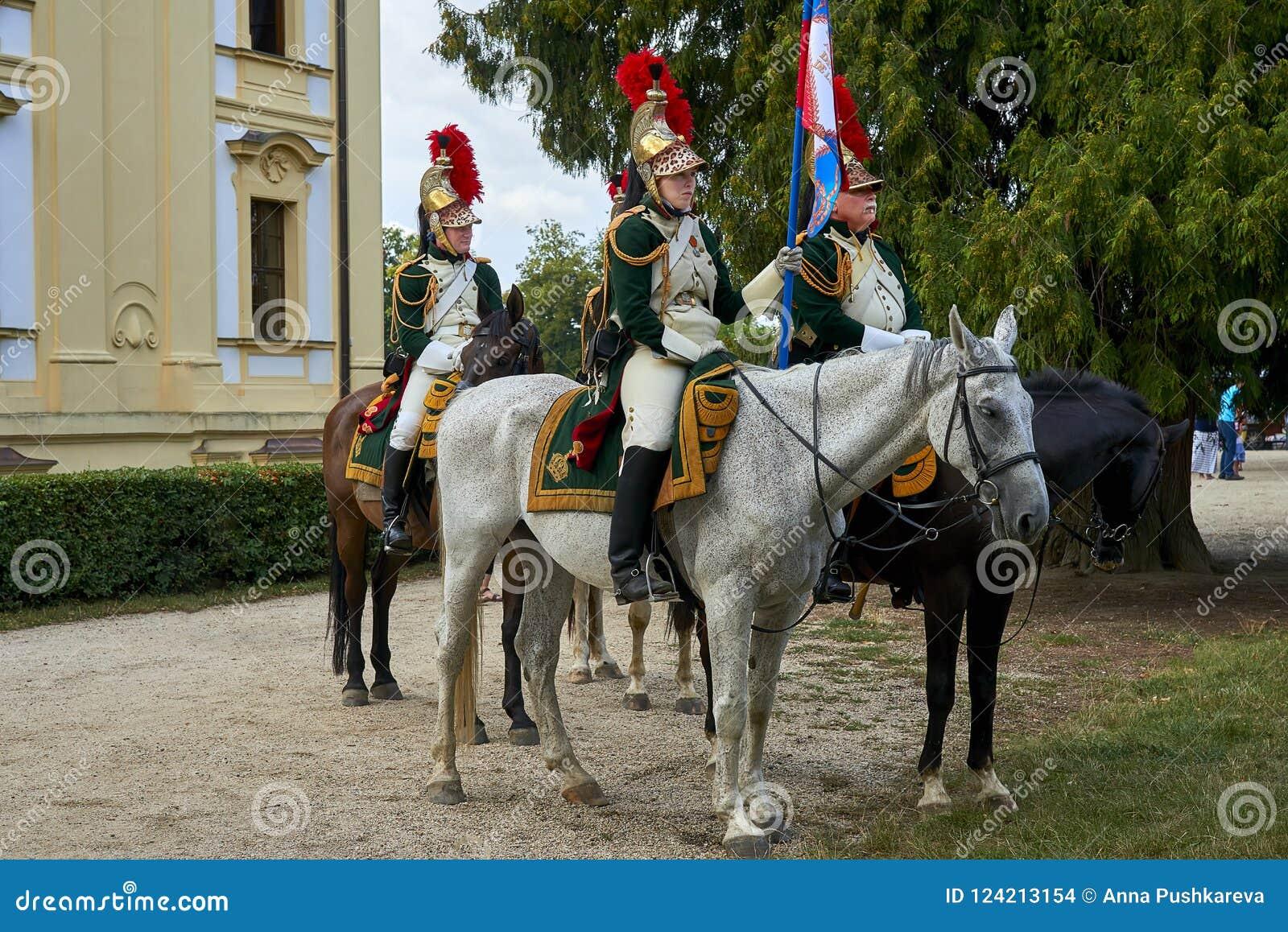Slavkov-Austerlitz het kasteel historische weer invoeren Dames en heren in Napoleon Bonaparte-rit van tijdvak de historische kost