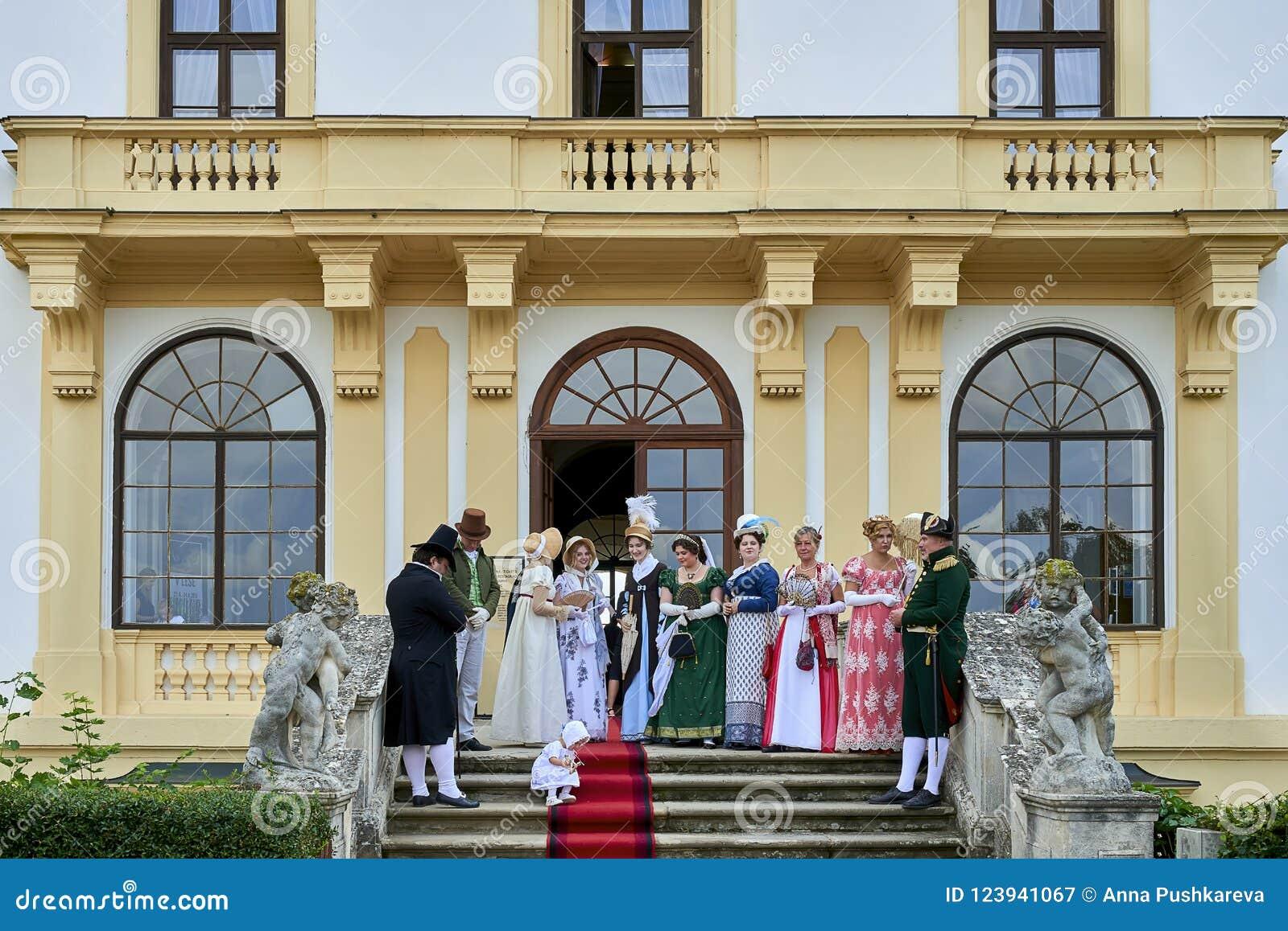Slavkov-Austerlitz het kasteel historische weer invoeren De dames en de heren in historische kostuums ontmoeten Napoleon Bonapart