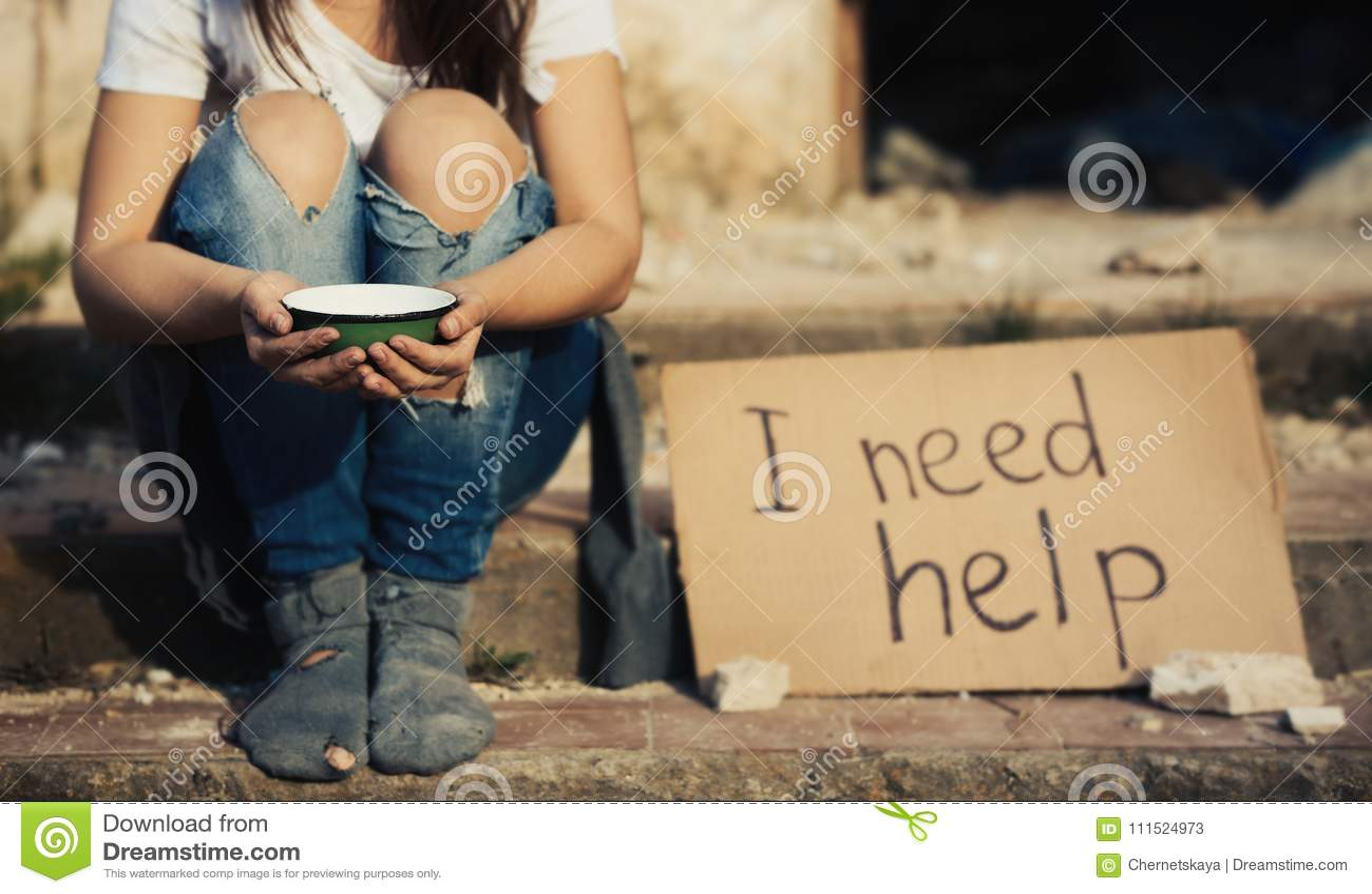 Slechte vrouw die voor hulp bedelen