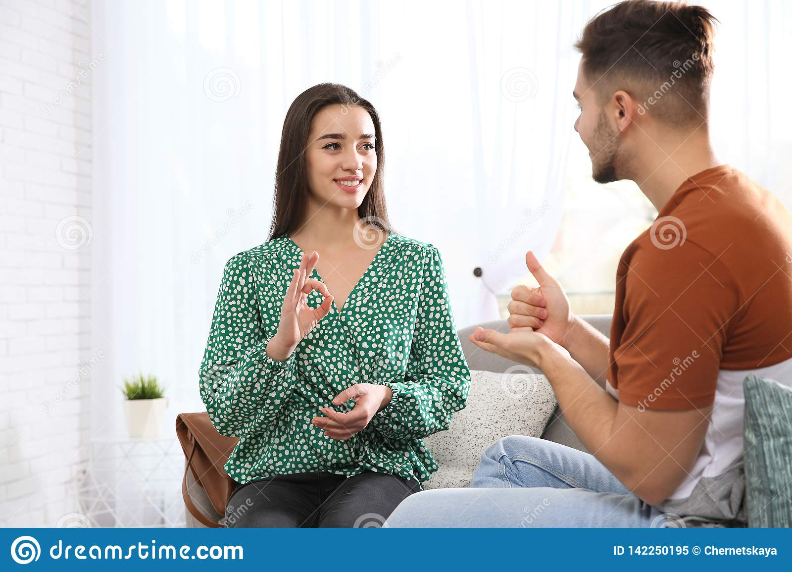 Slechthorende vrienden die gebarentaal voor mededeling over bank gebruiken