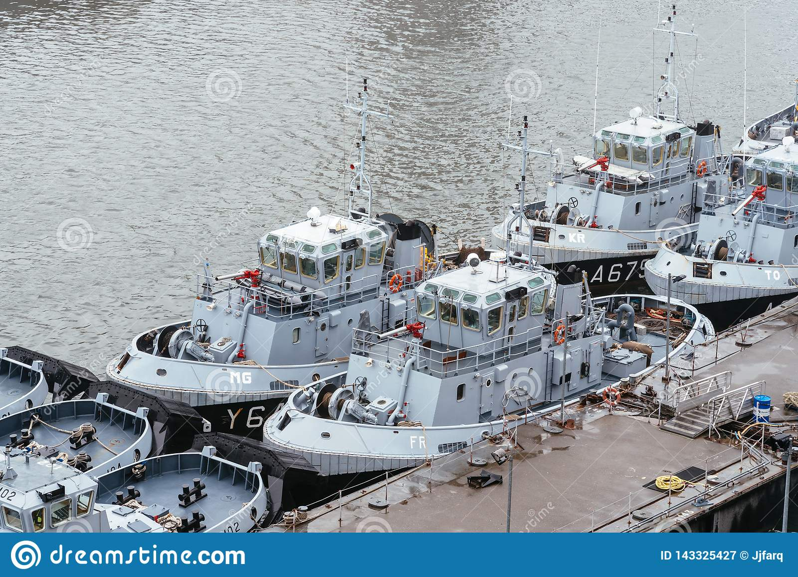 Sleepboten van de Franse die Marine in de haven wordt vastgelegd